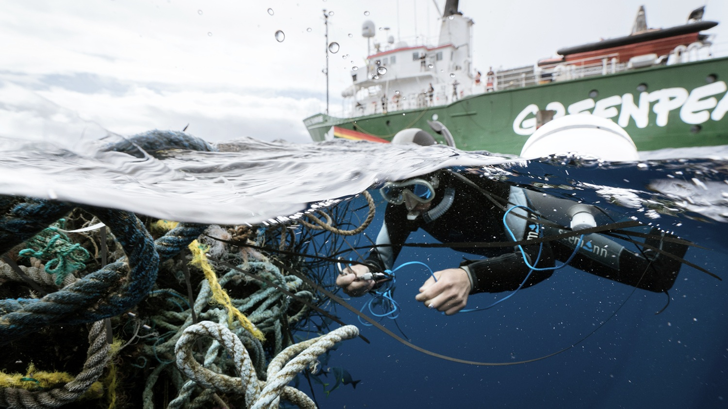 Greenpeace's Tavish Campbell attaches a GPS tracker to the ghost fishing gear in October 2018. © Justin Hofman / Greenpeace.