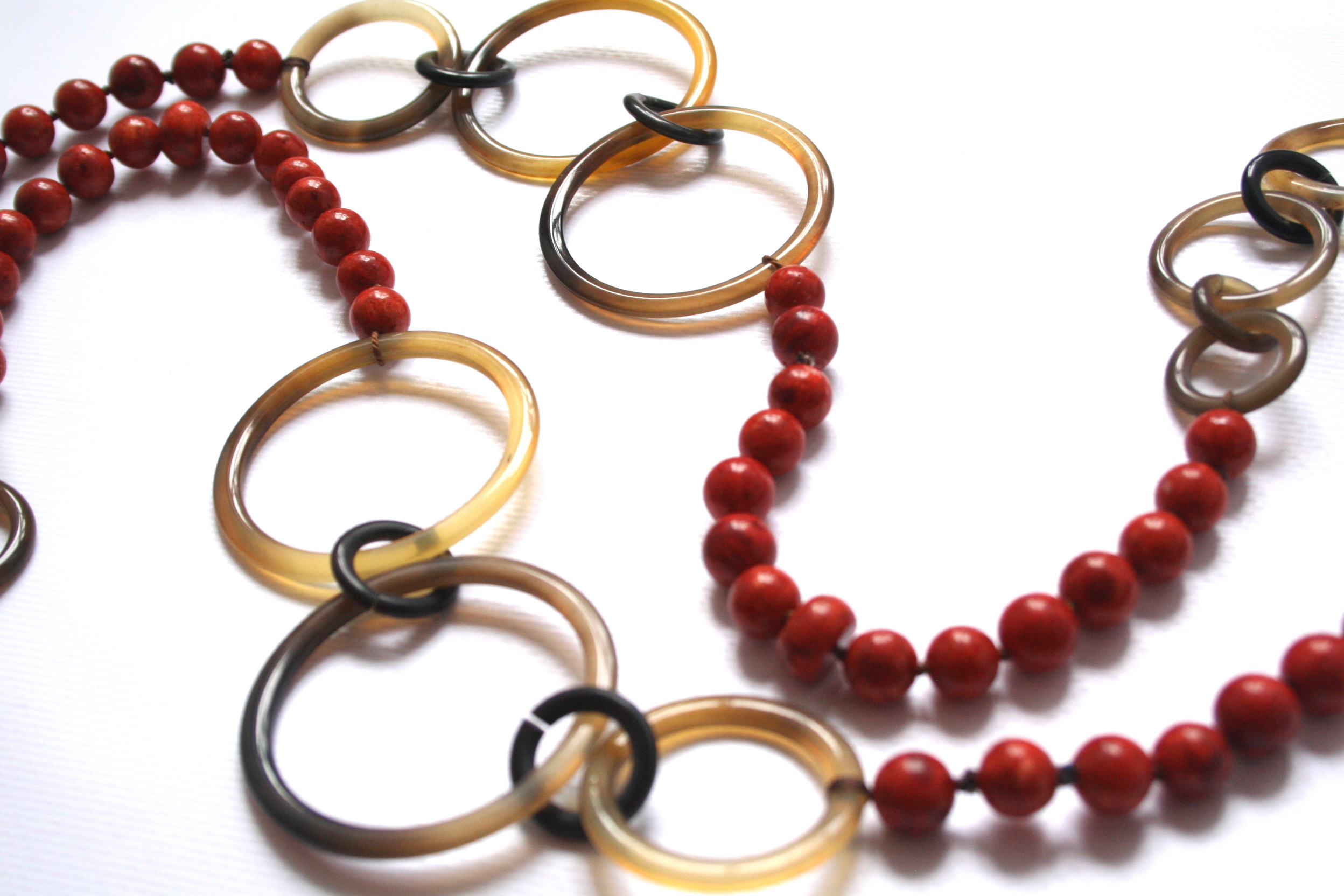 Newton necklace with coral