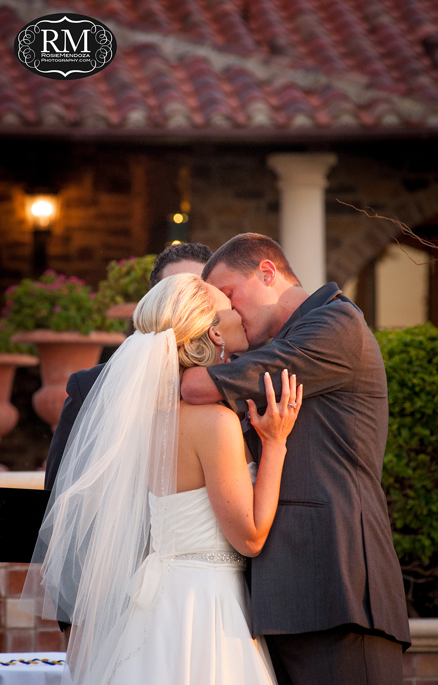 Parkland-Country-Club-wedding-first-kiss-photo