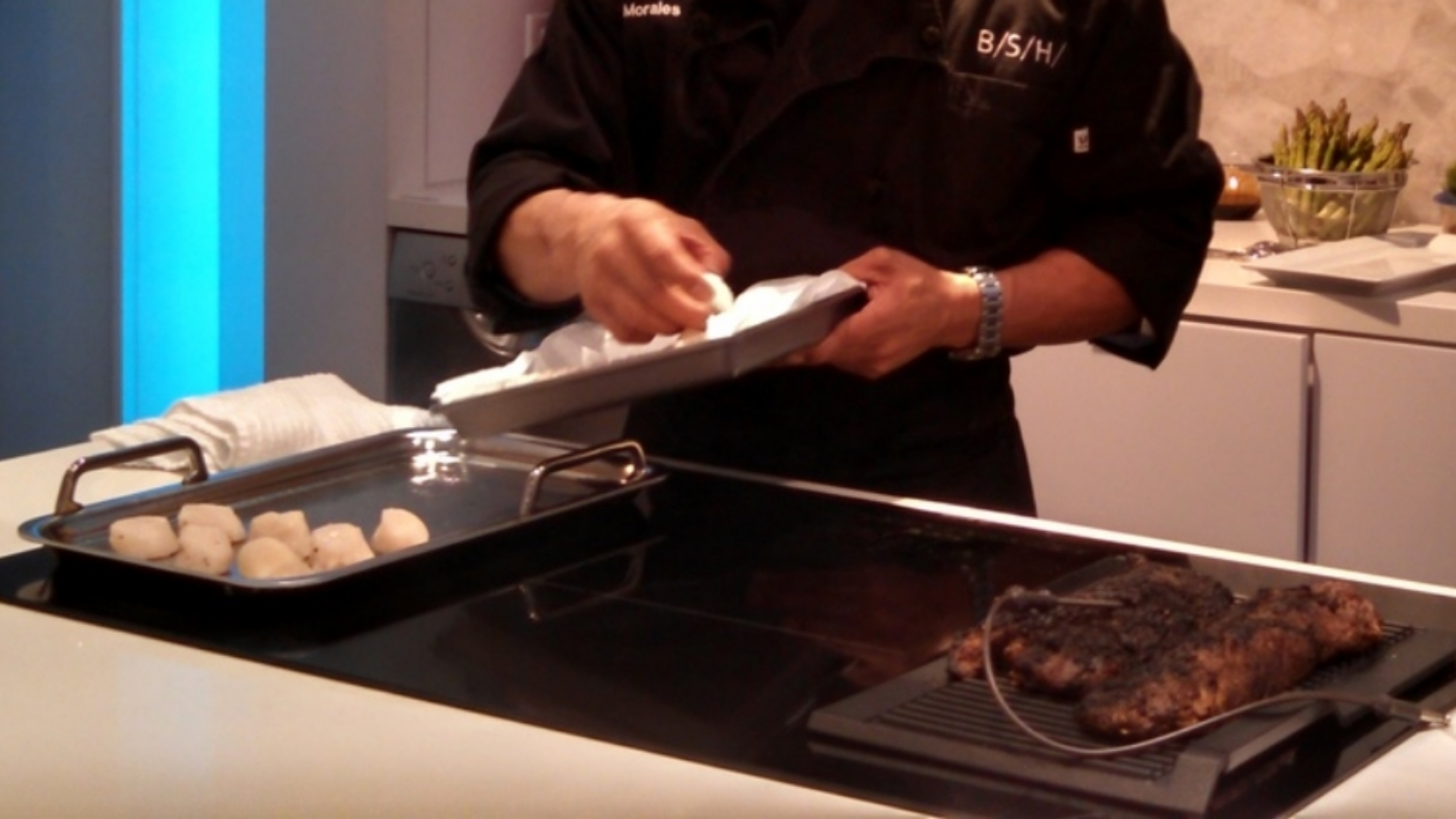 Searing scallops on a teppanyaki pan and steak using the grill accessory on the Bosch model NITP666UC induction cook top