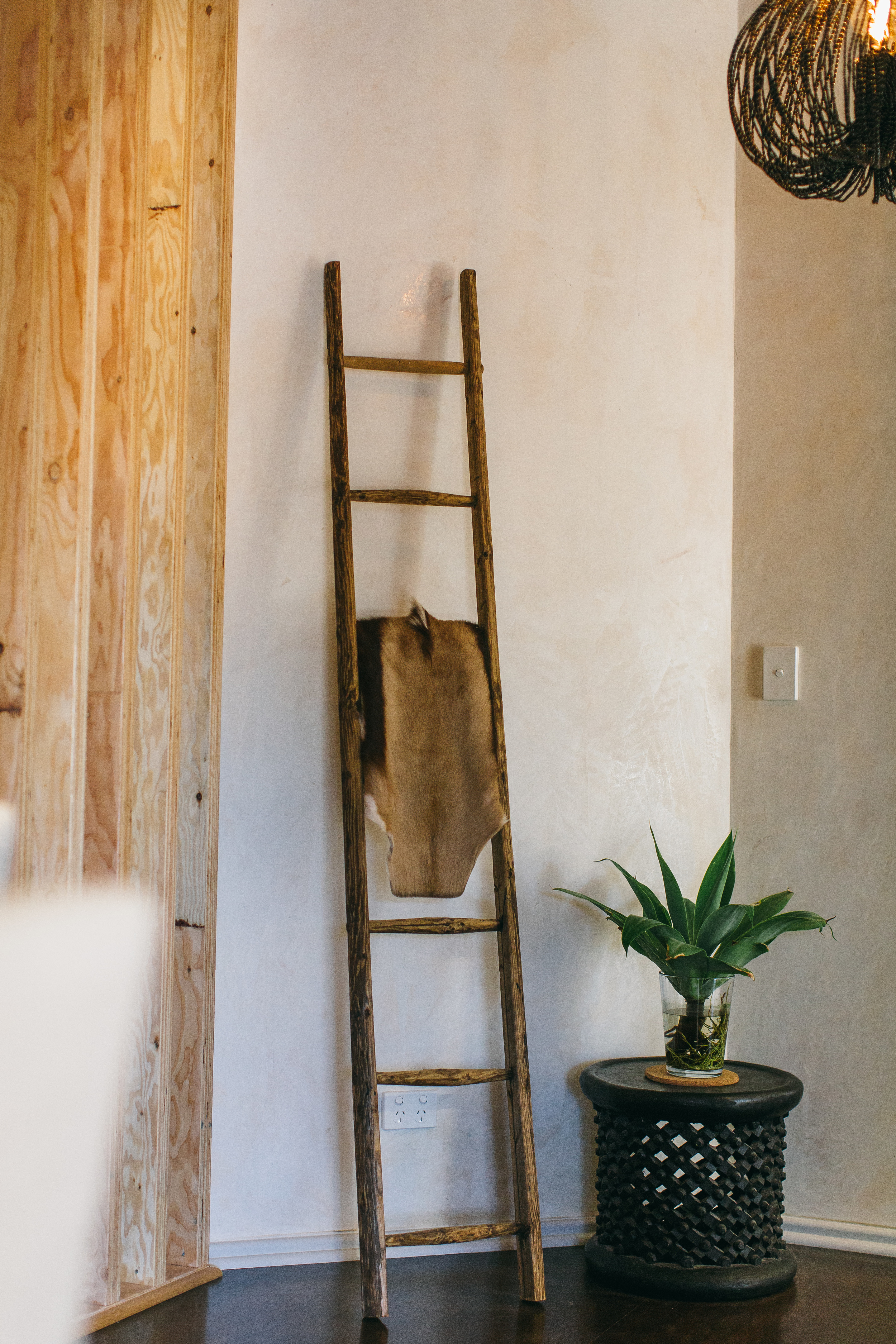Clay Plaster mixed with rustic timber pieces to create a relaxed, natural feel.