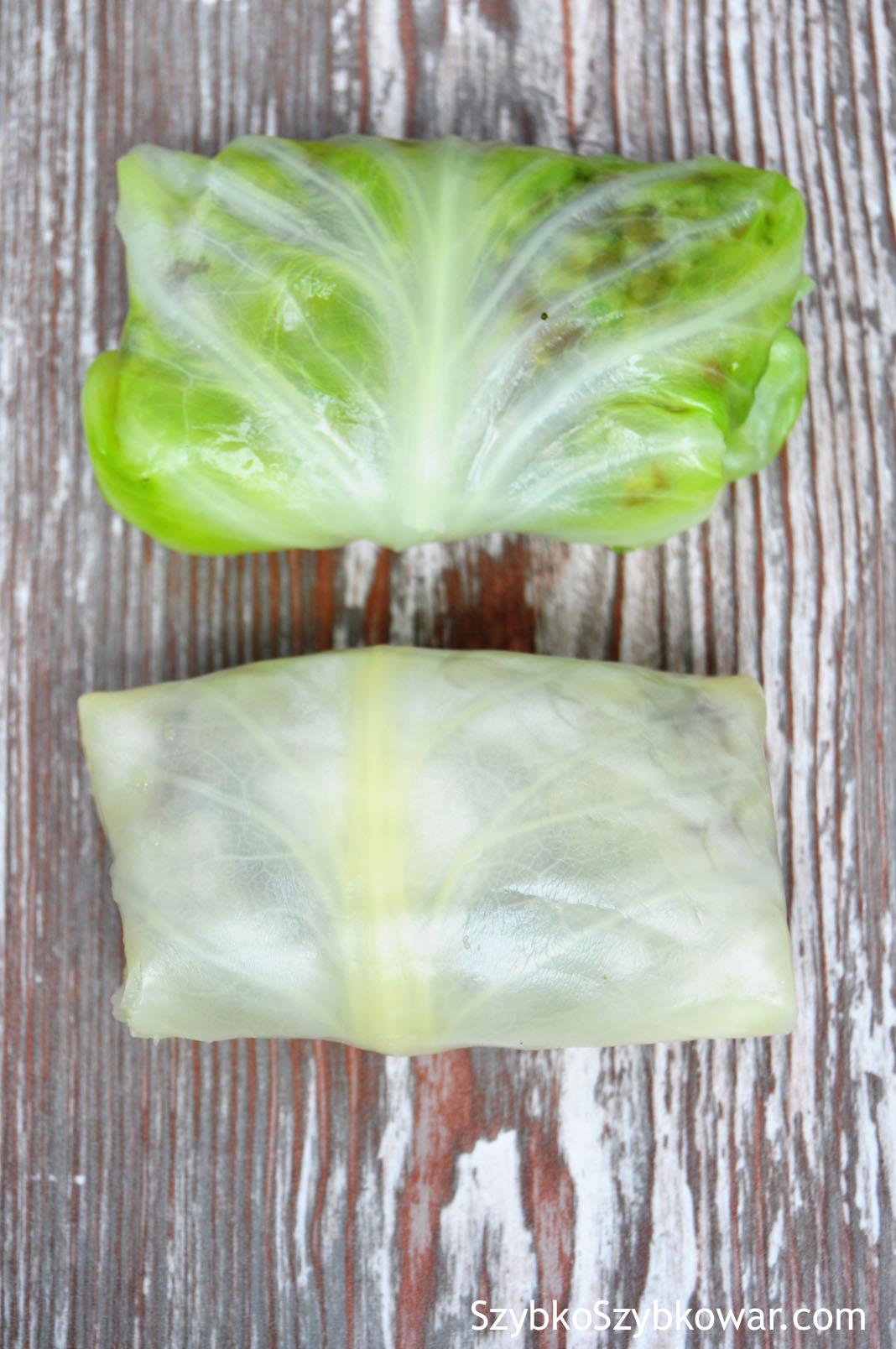 U góry: gołąbek z liścia kapusty młodej przed gotowaniem, na dole: gołąbek z liścia kapusty późnej przed gotowaniem.