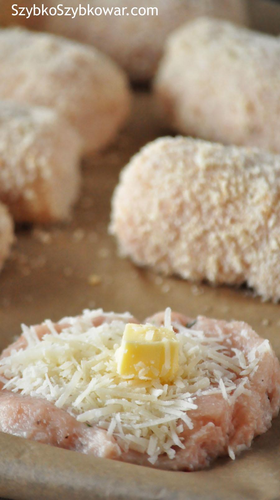 Farsz na kotleciku drobiowym: starty parmezan i kosteczka masła.