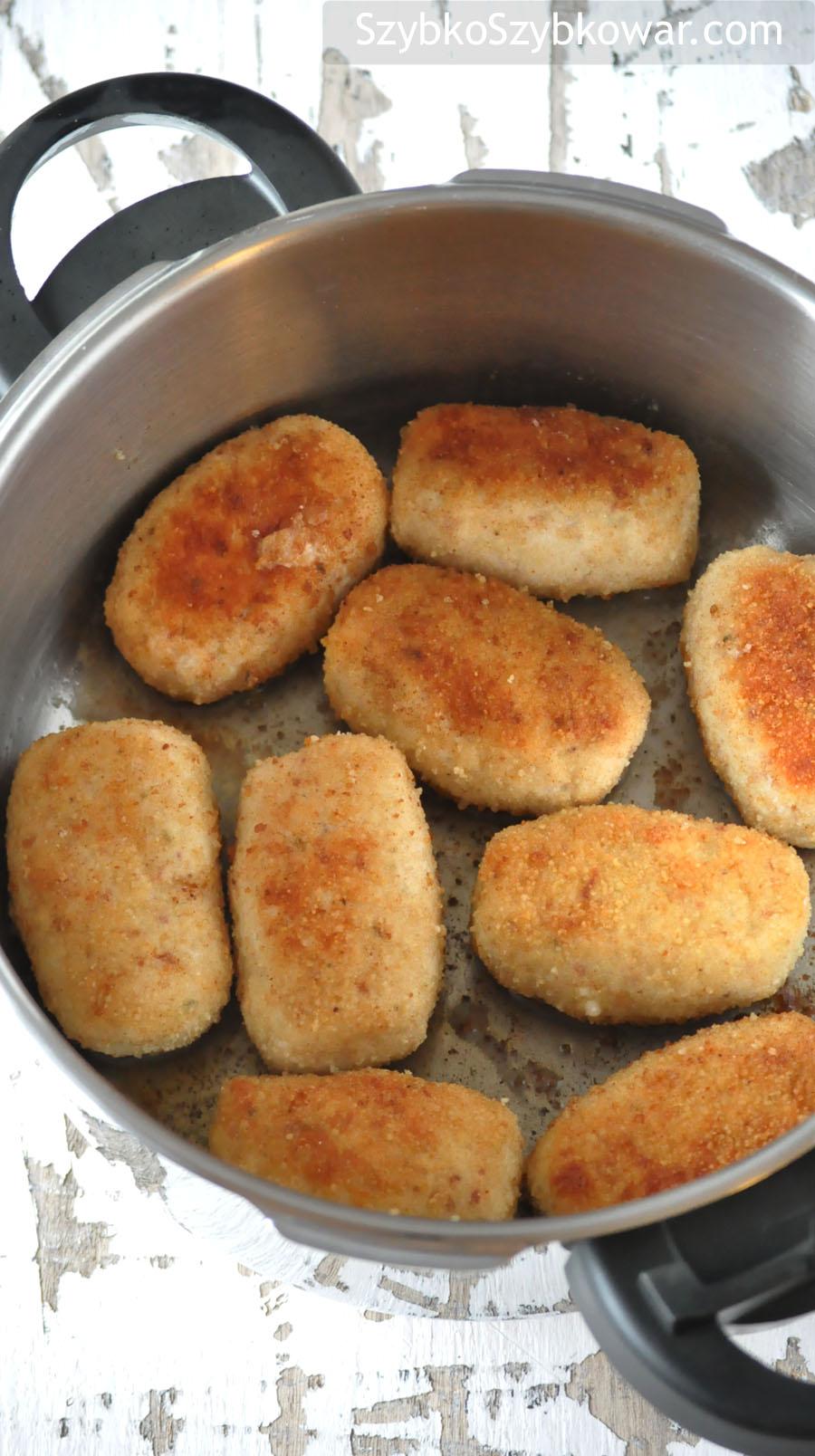 Kotlety przełożone do szybkowaru na rogrzane masło.