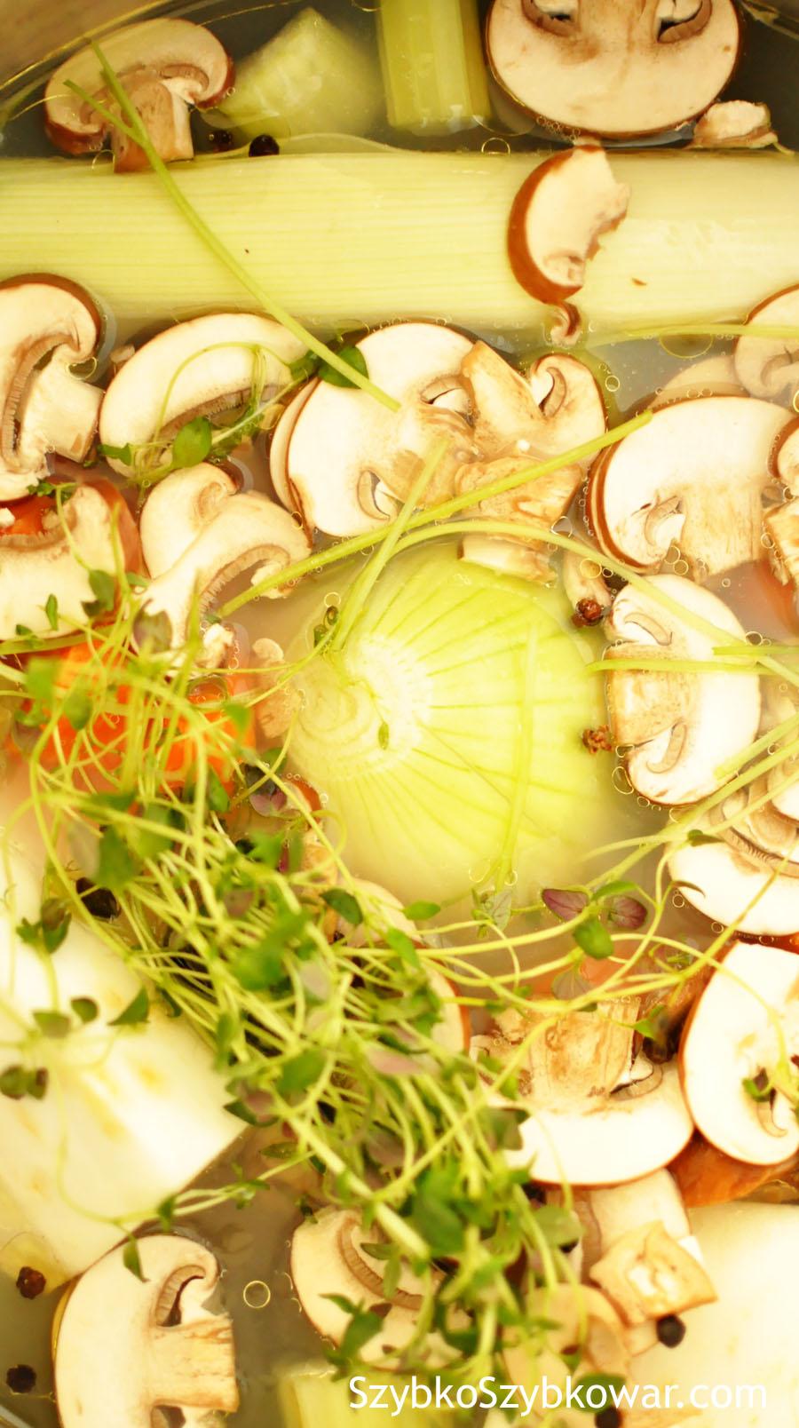 Wszystkie warzywa, zioła i przyprawy już w garnku.