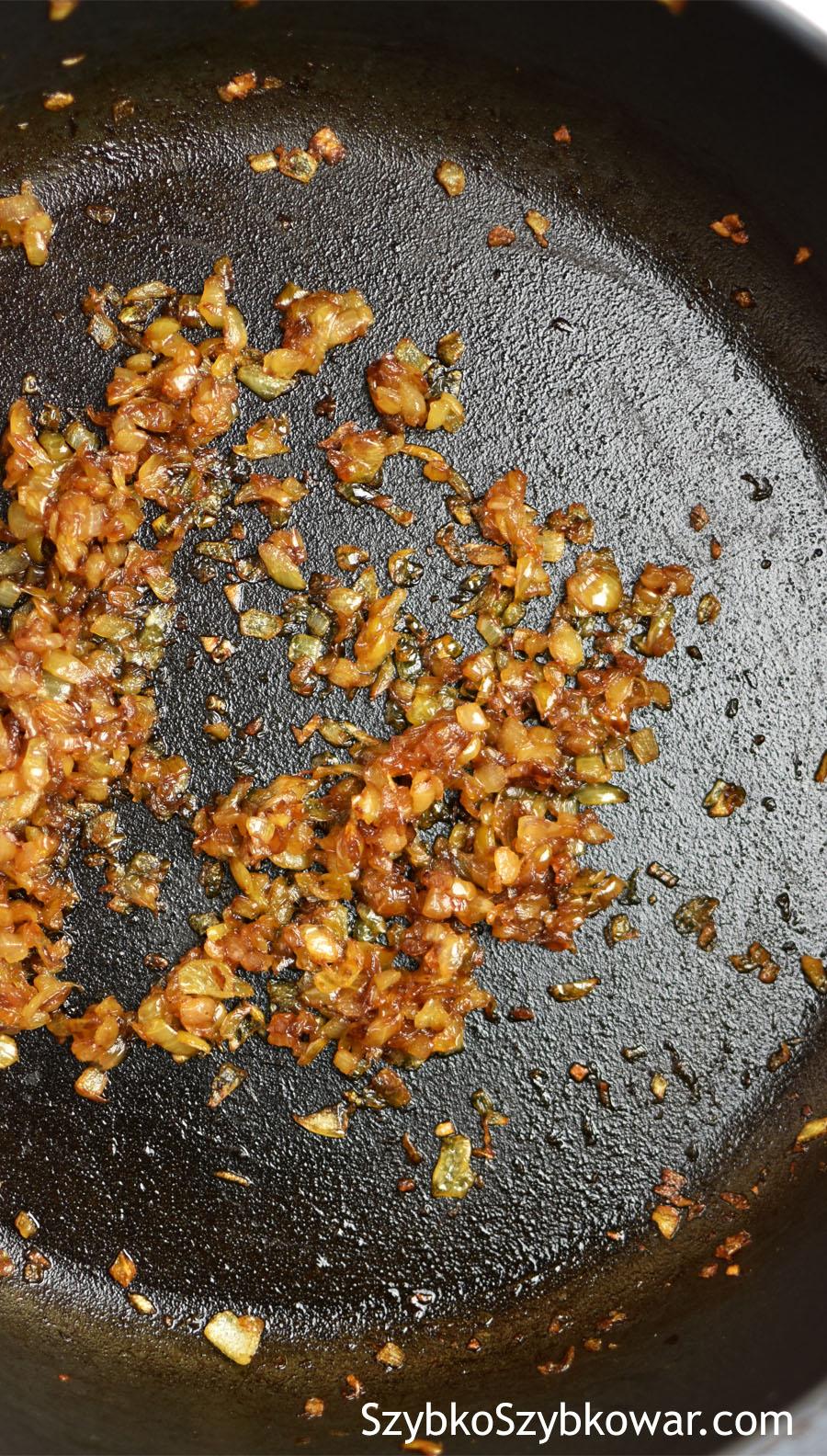 Na suchą patelnię włoż cebulę i podsmażaj bez tłuszczu