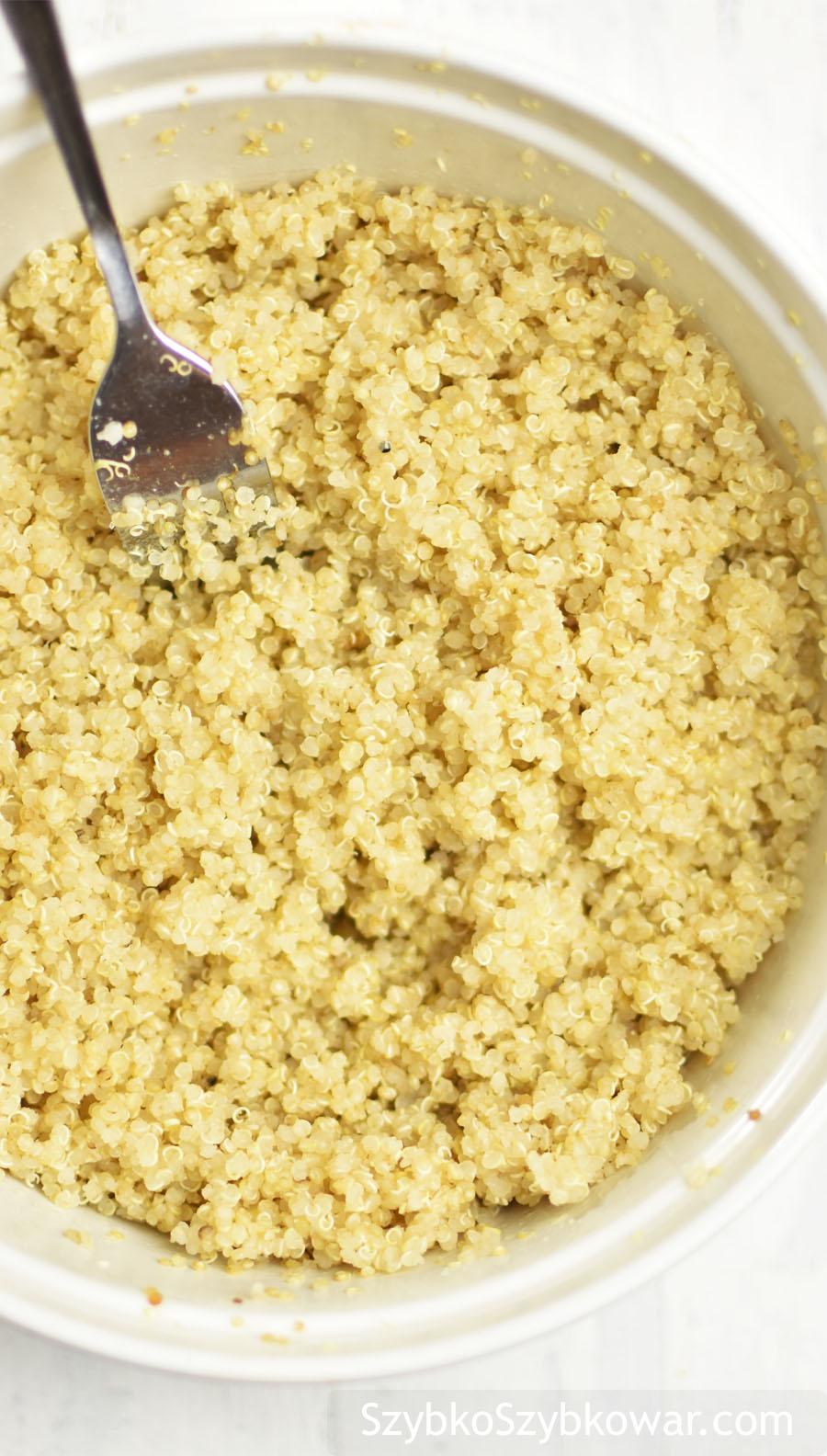 Quinoa po ugotowaniu i odparowaniu. Gotowa do spożycia.