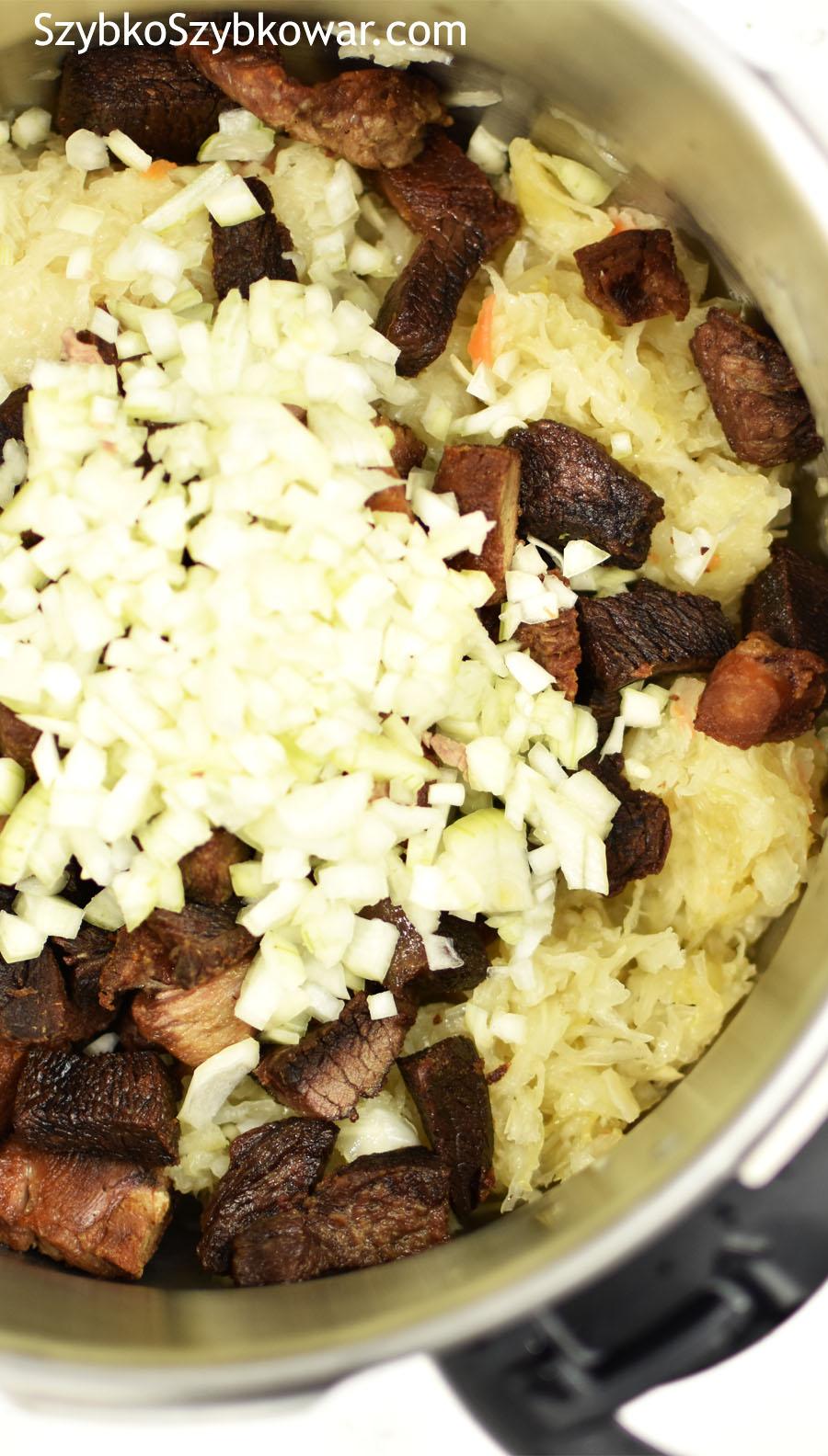 Dodane podsmażone mięso i cebulę...