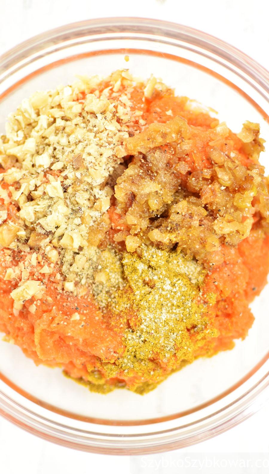 Marchew z orzechami włoskimi, cebulą i przyprawami.