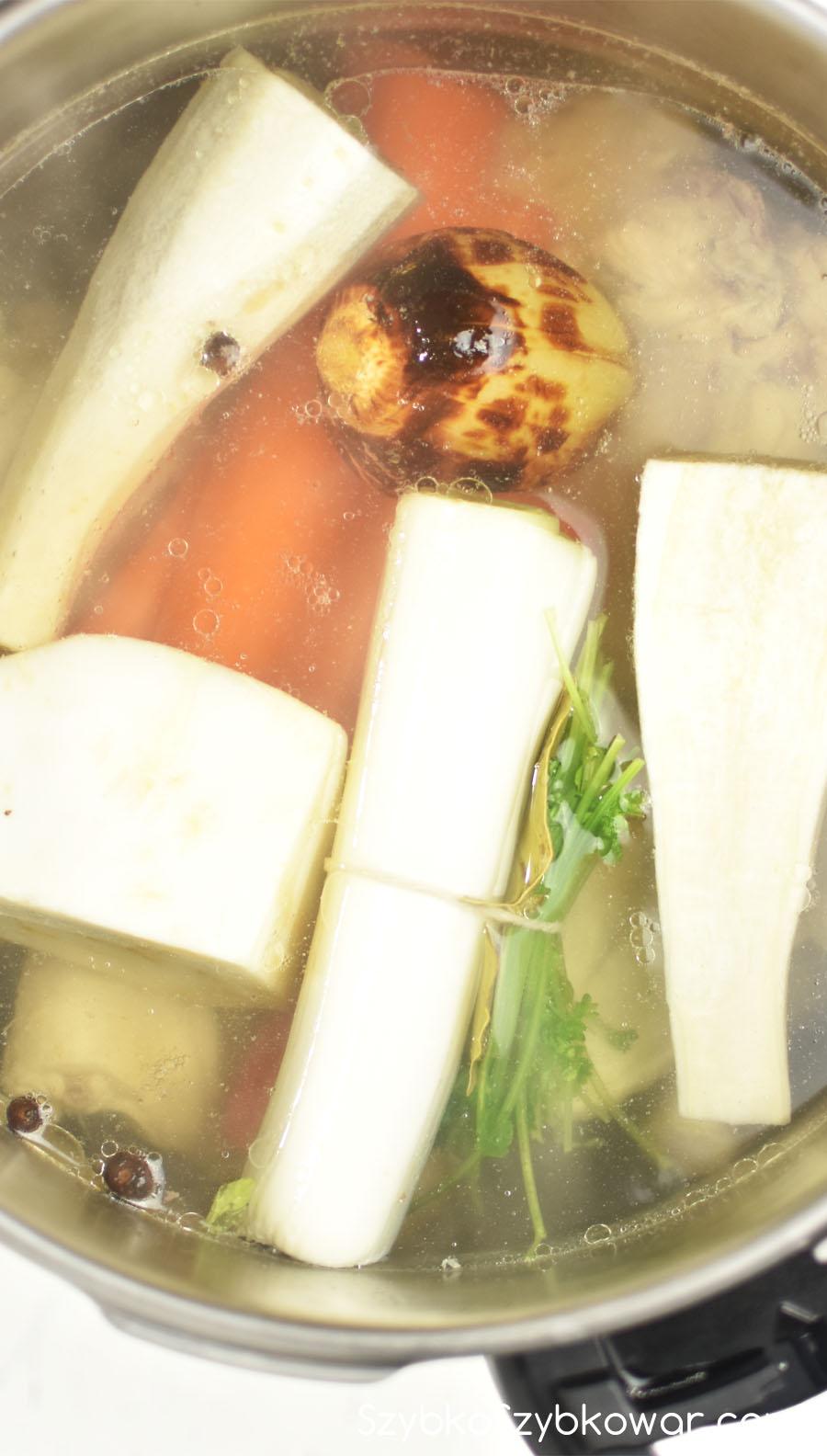 Do odszumowanego kurczaka dodaj warzywa i przyprawy.