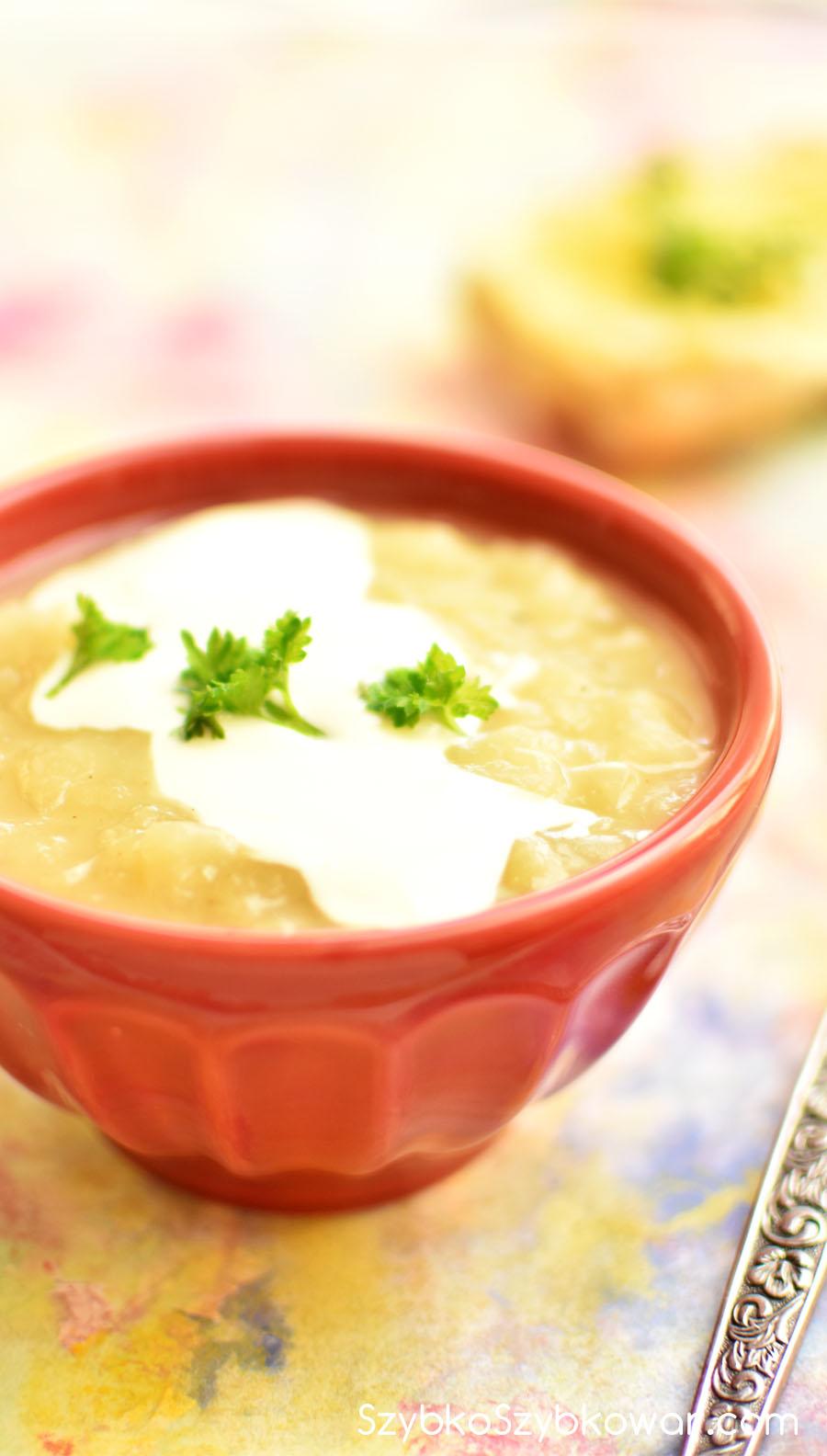 Gotowa zupa z kwaśną śmietaną i pietruszką.