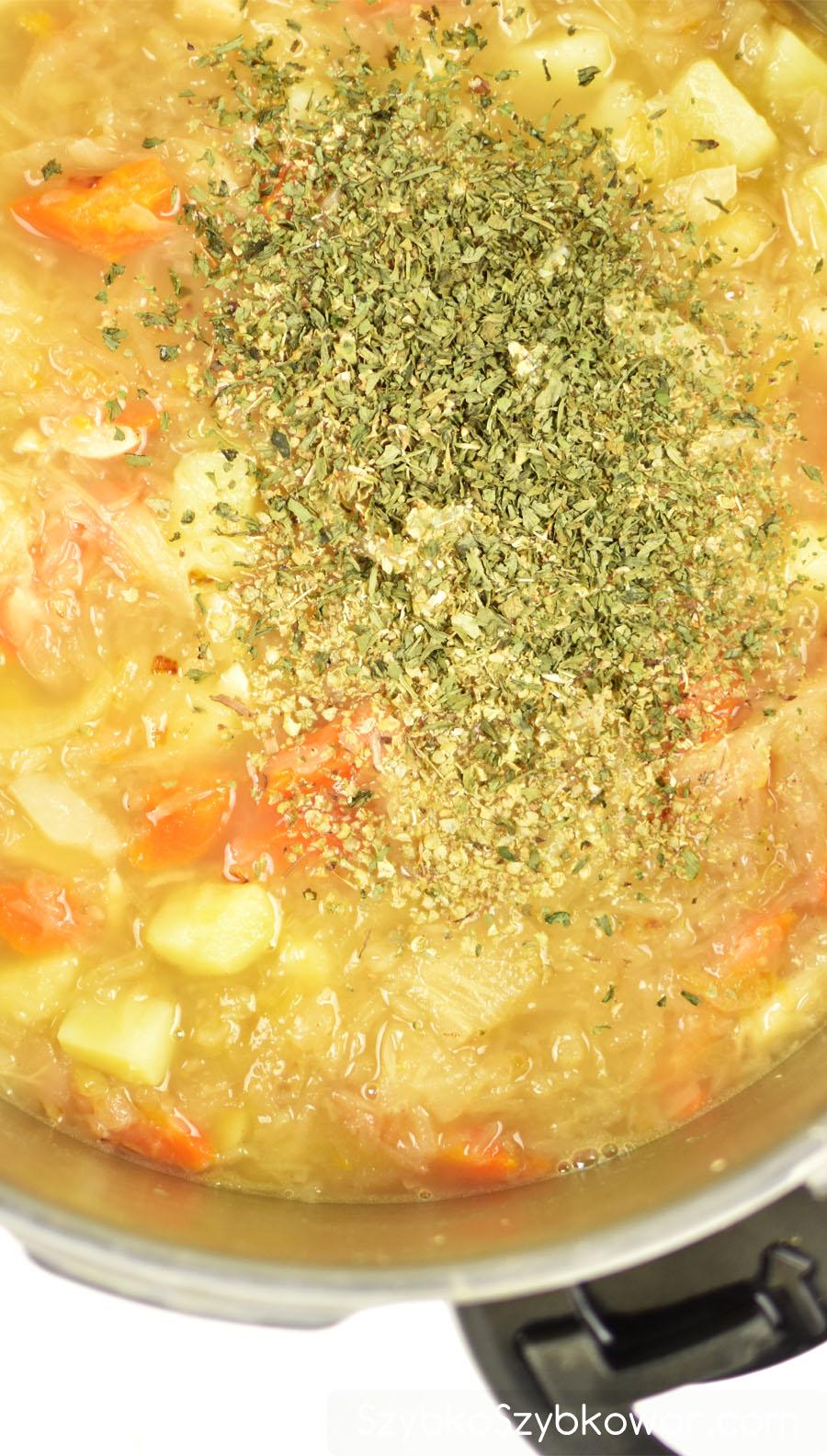 W ostatnim etapie wlej wywar tymiankowy i doda przyprawy. W razie potrzeby dosól zupę i dolej kwas odciśnięty z kapusty.