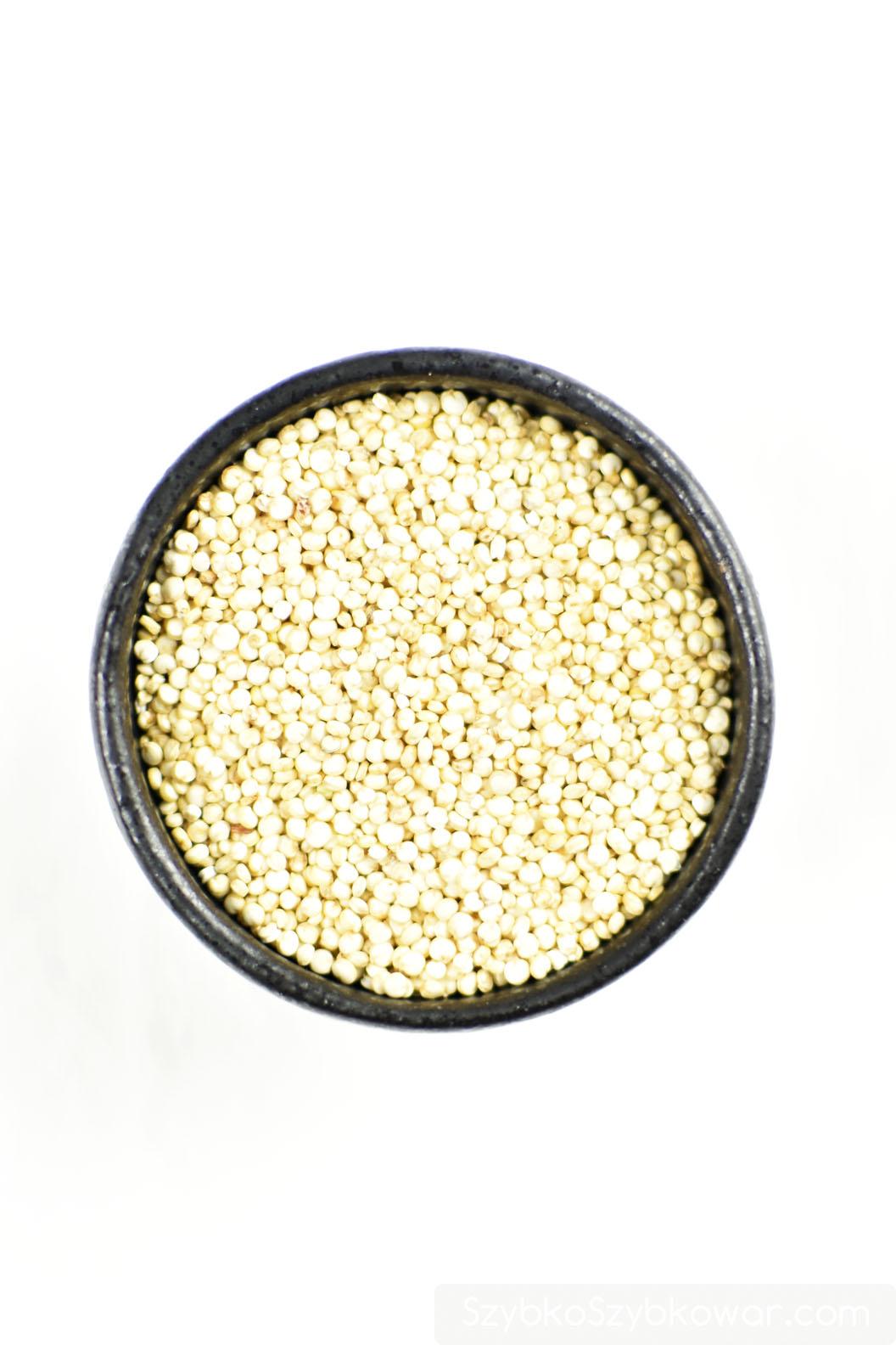 Sucha kasza quinoa (komosa ryżowa).