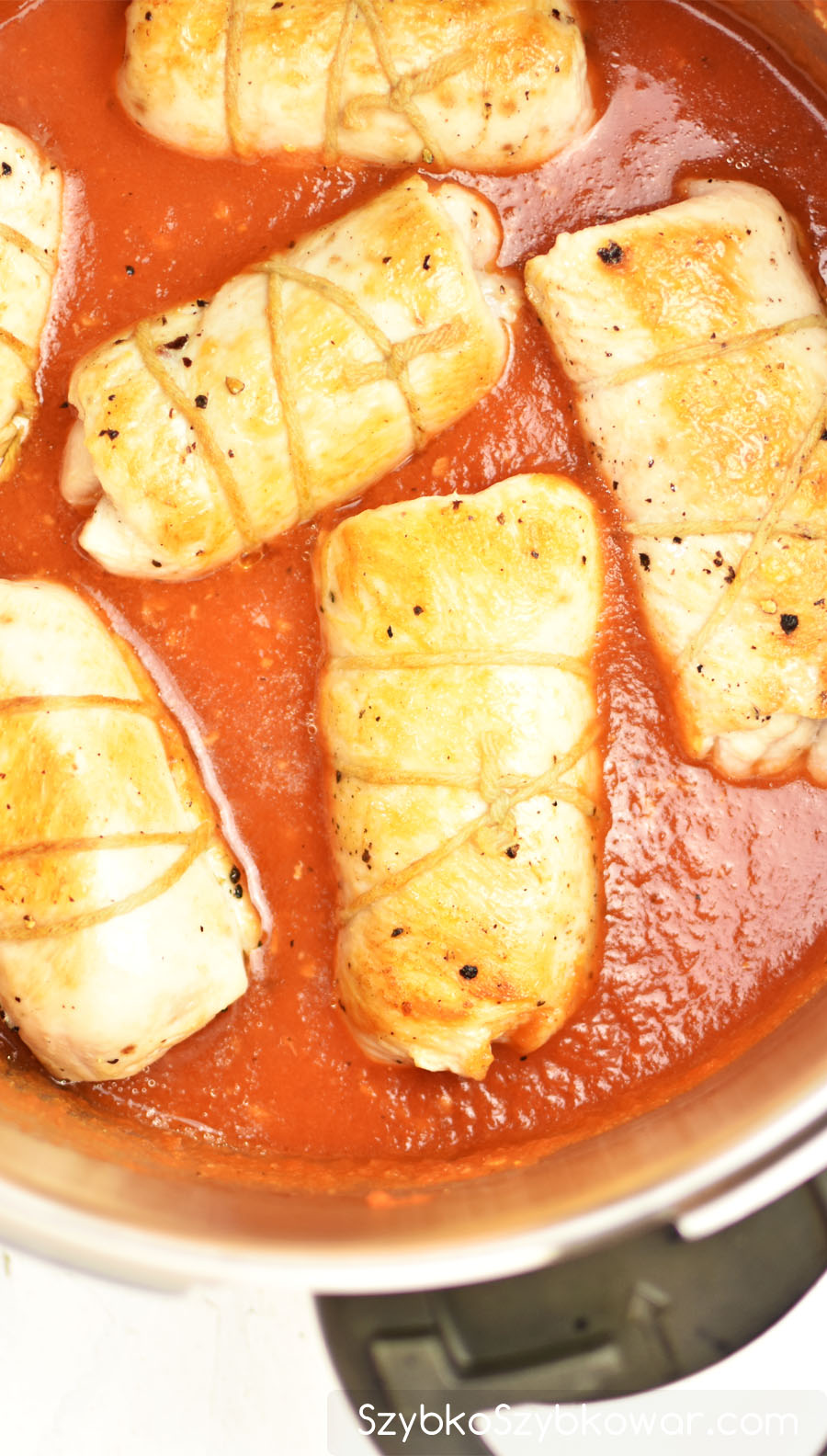Rolady przełożone do sosu pomidorowego.