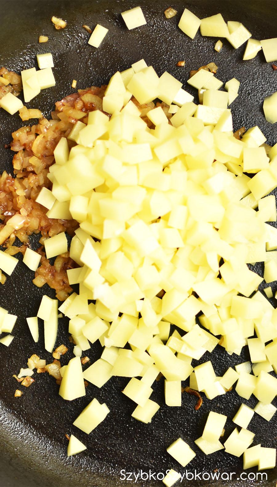Dodaj ziemniaki, trochę łuszczu i chwilkę podsmażaj.