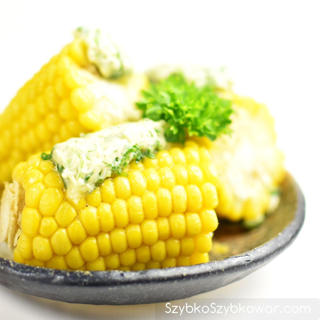 Ugotowana kukurydza z masłem czosnkowo - pietruszkowym.