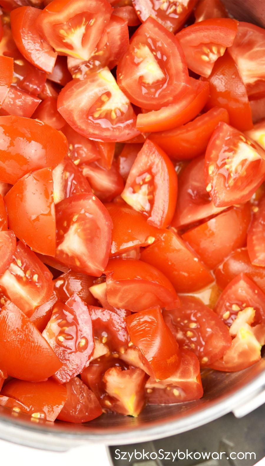 Pomidory w garnku przed podsmażaniem.