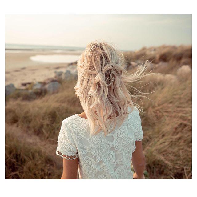 Monday evening dreaming... ✨ Vous aussi vous rêvez de soirées d'été...? ✨  Robe en guipure et soie portée par Audrey, photo par Hugo Lamblin  Guipure and silk dress with @audrey_ducrocq photo by @iconocom.agency