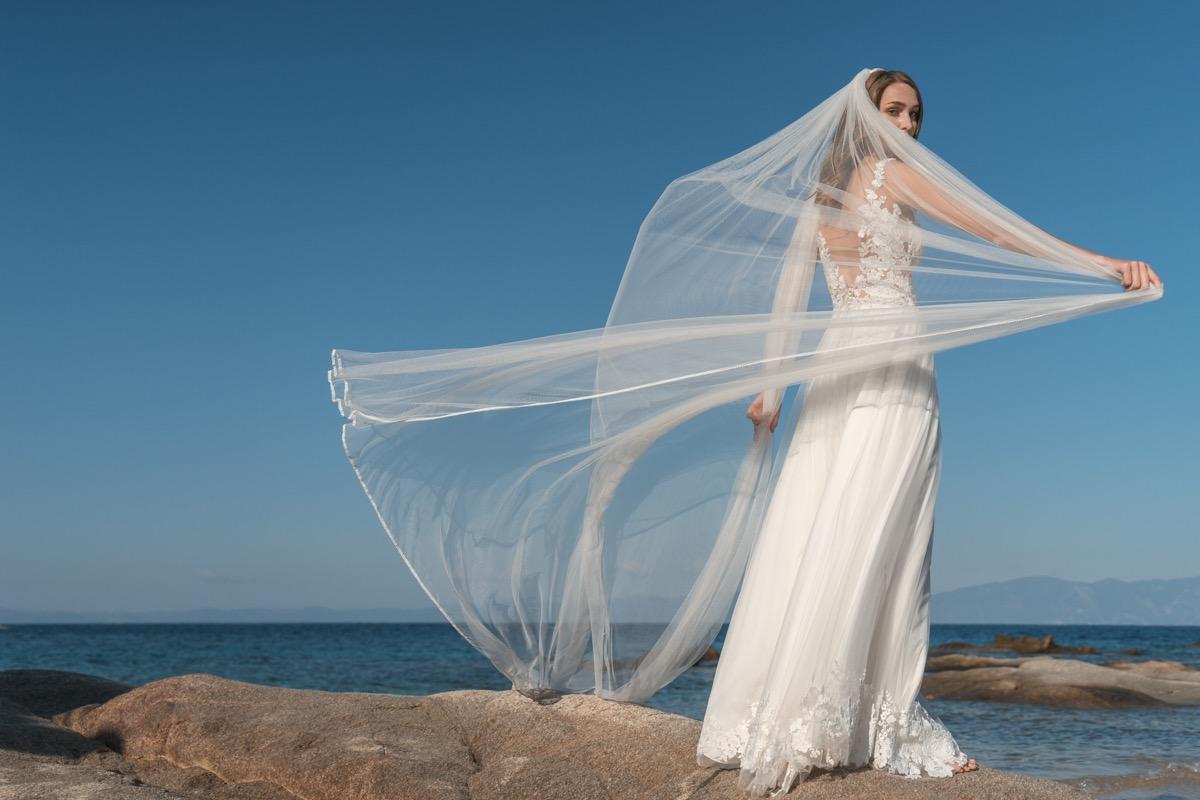 Νυφικό ALKMINI, ιδανικό για καλοκαιρινό γάμο.