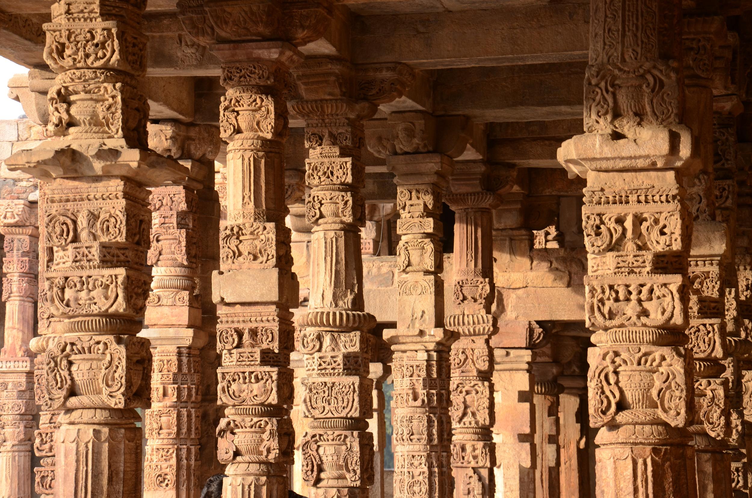 Columns in the Qutb Complex