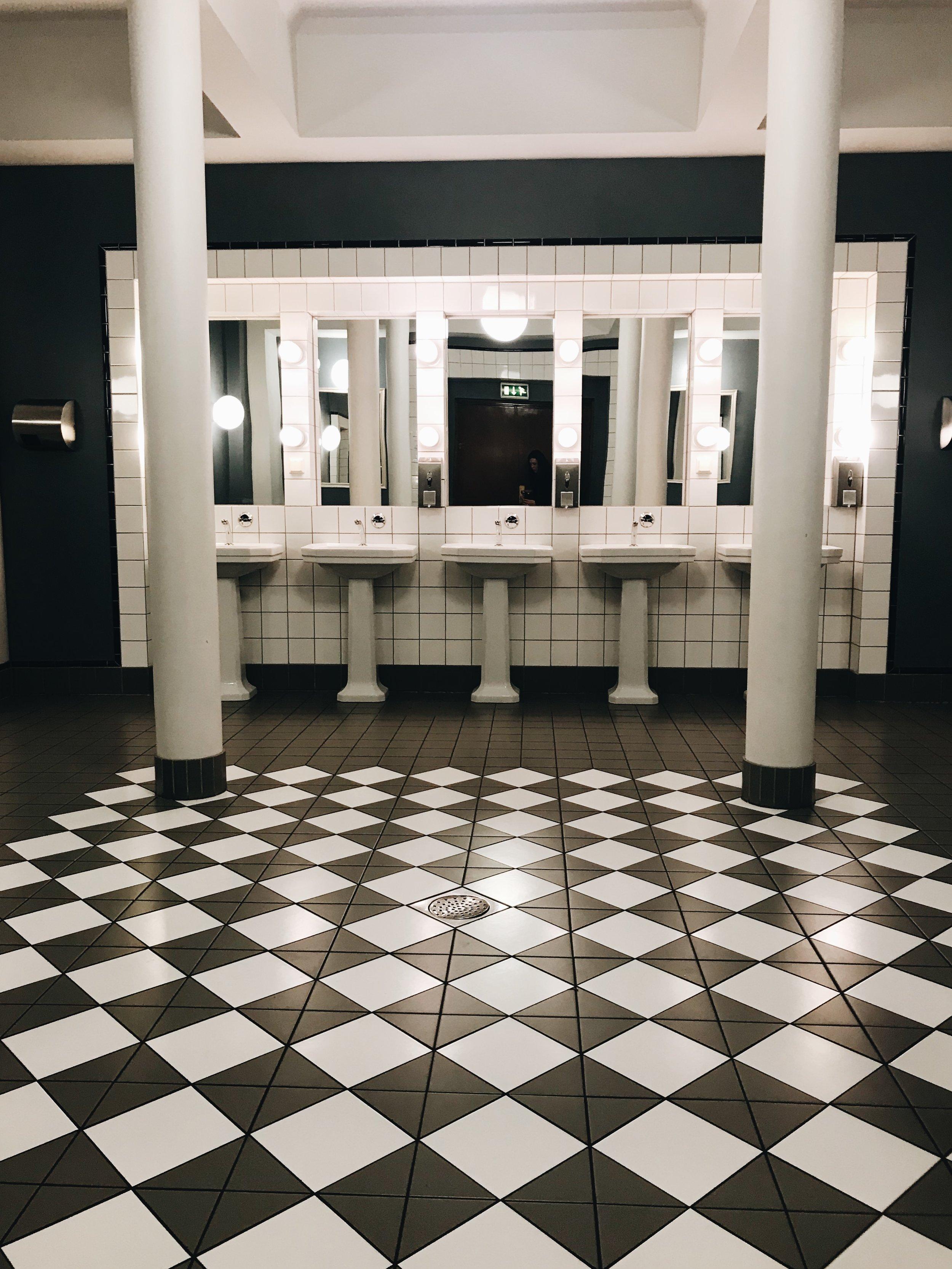 #accidentalwesanderson: Das Rathaus ist mit seinem Funktionalismus-Stil und hiesigen Marmorflächen in jedem Falle einen Besuch wert!