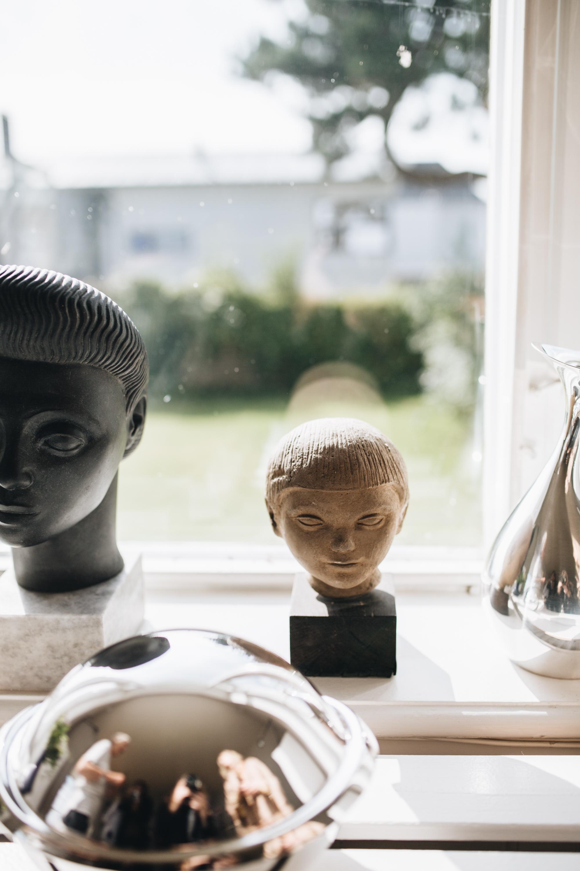 Die Büsten zeigen Hannahs Mutter Jytte und Hannah als Kind und sind Werke ihres Vaters Henning Koppel.