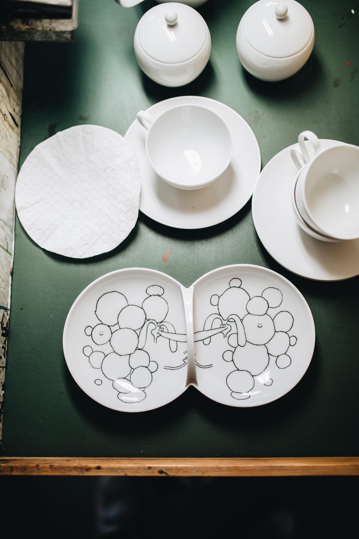Hey Sonntag, Du fauler Hund! Das KPM+ Sundaayyyssss Tee-Set von Stefan Marx