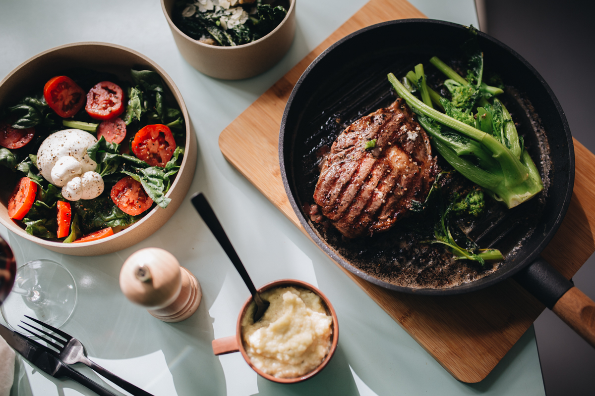 """Irish Beef (33 von 37).jpgÜber Irish Beef   Wer einmal das Vergnügen hatte in Irland auf einer der vielen grünen Weiden zu stehen, der weiß, warum Irish Beef nicht nur eine Marke ist, sondern für Qualität und beinahe ganzjährige Viehhaltung in freier Natur steht. Das macht sich im Geschmack des Fleisches in jedem Fall bemerkbar. Unsere Steaks stammen vom Irish Black Angus. Die Bezeichnung Angus stammt von den Kelten, was so viel bedeutetwie """"erste Wahl"""", die Tiere stammen ursprünglich aus Schottland. Heute gehören Black Angus Rinder zu den beliebtesten Fleischrinderrassen, aufgrund ihrer Farbe haben die Angus Rinder den Zusatz """"Black"""" erhalten."""
