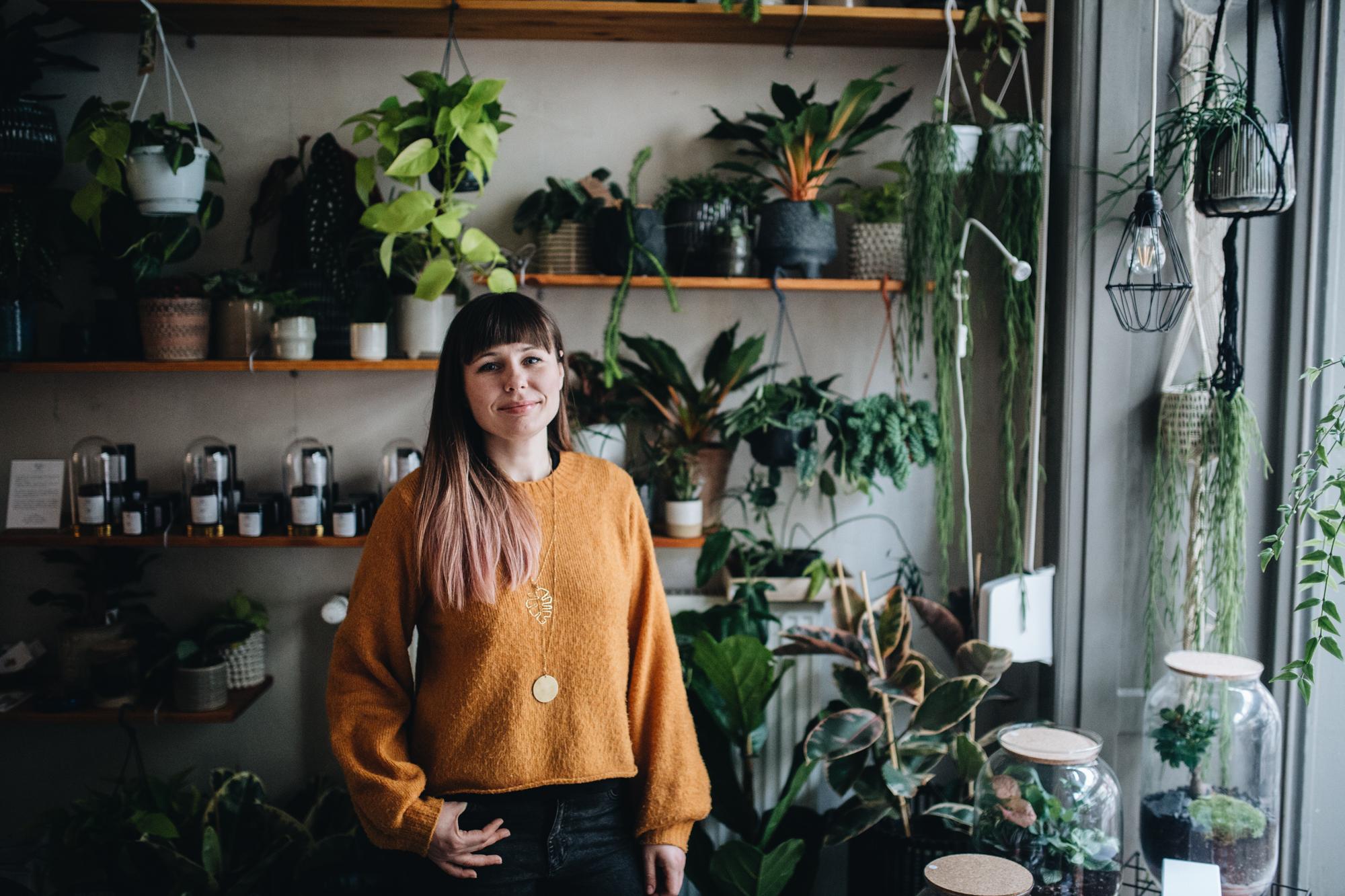 """Der Plant Circle Store von Pflanzen-Expertin Monika Kalinowska bietet neben einer großen Auswahl an Zimmerpflanzen - Trommelwirbel - die heißbegehrten Pflanzenterrarien an. Ob nun zum Direktkauf, oder in einem Ihrer Workshops. Wir haben Ihr """"etwas"""" genauer über die Schulter geschaut. Zusammen mit Monika gibt es hier nun das Pflanzenterrarium zum Selbermachen!"""