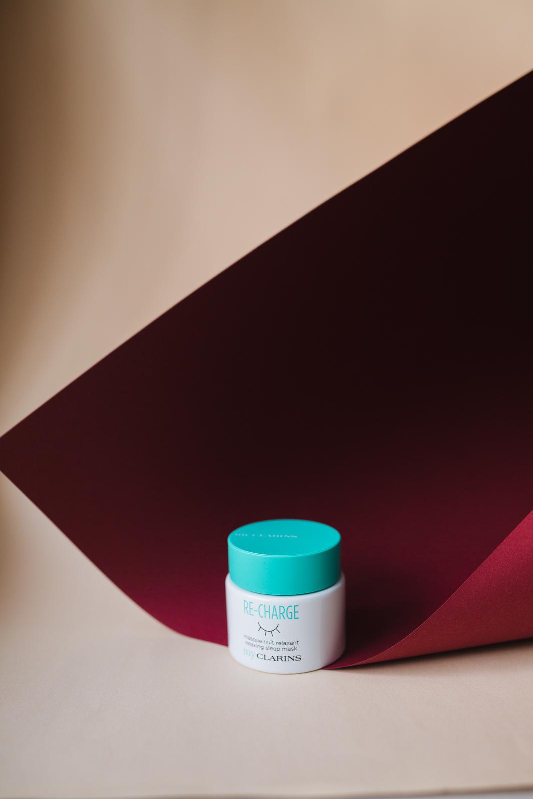 Clarins - Re-Charge Sleep Mask   Gerade bei wechselndem Wetter ist die Haut meistens sehr anfällig für Trockenheit und Irritationen. Um dem entgegenzuwirken, empfehlen wir die  Re-Charge Nacht Maske von Clarins !  Einfach abends vor dem Schlafengehen auf das gesäuberte Gesicht auftragen und über Nacht einwirken lassen. Das Ergebnis: die Haut fühlt sich am nächsten Morgen wieder ausgeglichen, fit und weich an. 50 ml für 27 EUR