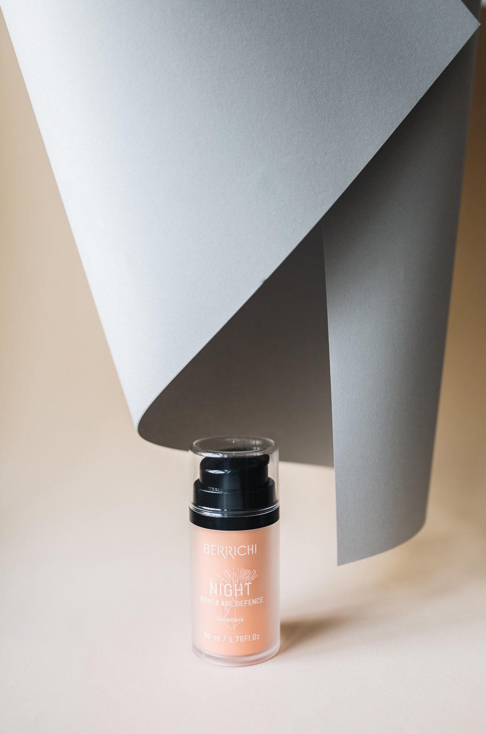 Berrichi Night Creme   Unser Geheimtipp des Monats! Das estländische Label Berrichi verwendet in ihren Produkten rote Algen aus der Ostsee, die unsere Haut pflegt, schützt und sogar verjüngt! Da sich die Haut vor allem in der Nacht regeneriert, verwenden wir die  Night Creme , die sofort ein absolut weiches, geschmeidiges Hautgefühl hinterlässt. Diese Creme sollte bei jedem abendlichen Badritual nicht fehlen! - 50 ml für 39 EUR