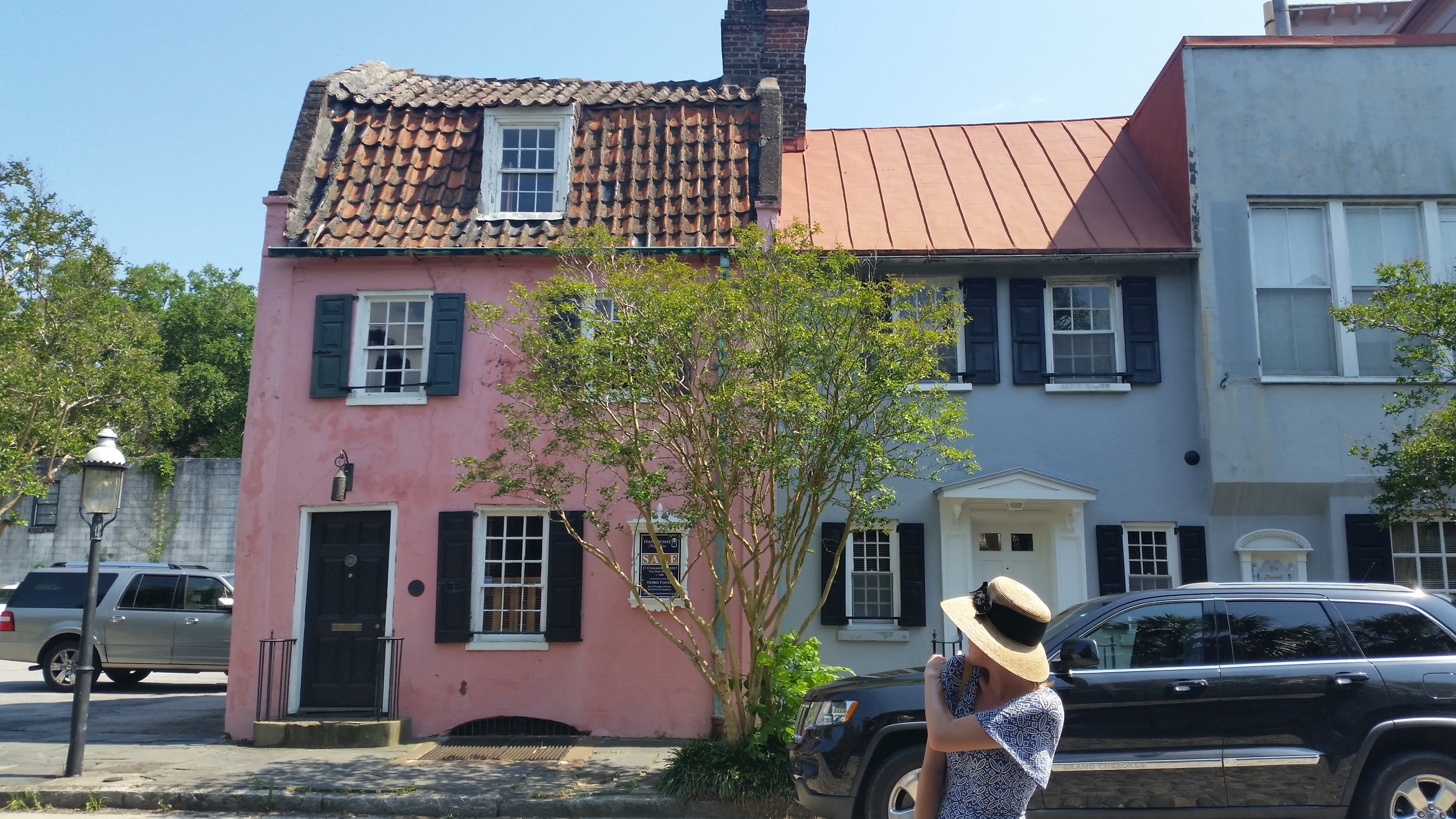 Old buildings (oldest building in Charleston is the Pink House) and interesting tour guides (woman in the hat) both provide great characters for various future paintings.
