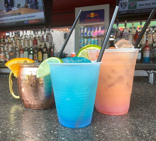 Happy hour is here!🍹 #anniesirishpub #patioszn #happyhour #downtowndesmoines #sunsoutgunsout #mondaymadness