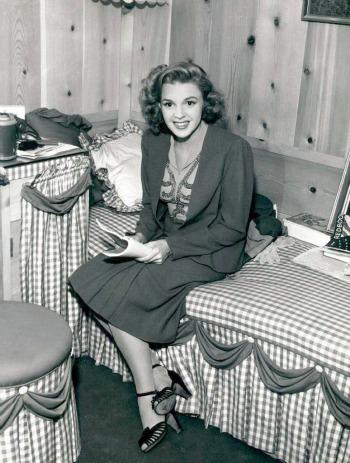 Judy-Garland-candid.jpg