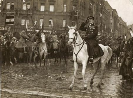 Miklós Horthy, sedermera riksföreståndare i Ungern, rider in i Budapest den 16 november 1919. Foto från det ungerska nationalmuséets samlingar.