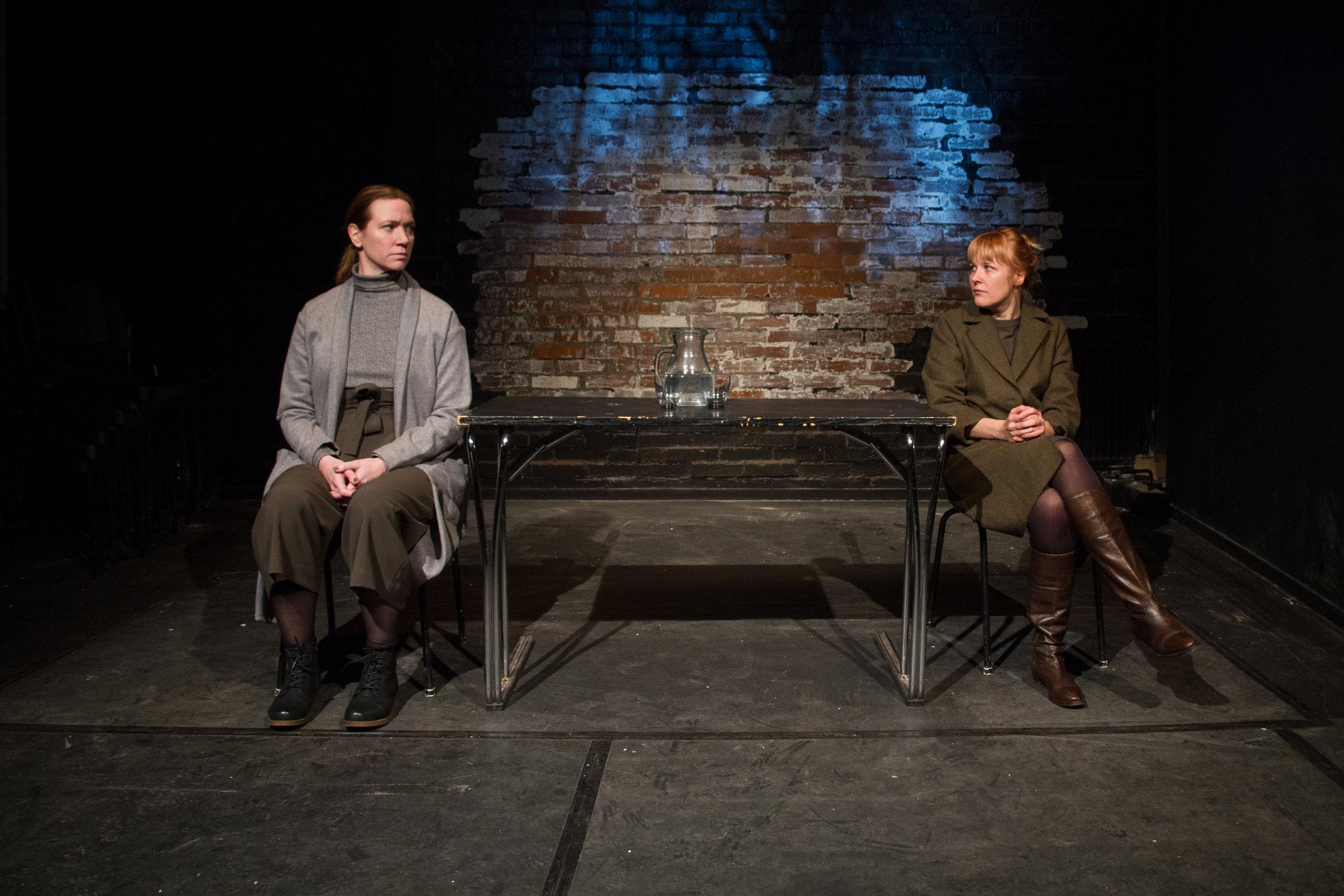 Mia Eriksson (t v) och Hanna Ullerstam i Göteborgs Dramatiska Teaters uppsättning av Kriget har inget kvinnligt ansikte, regisserad av Erik Åkerlind.