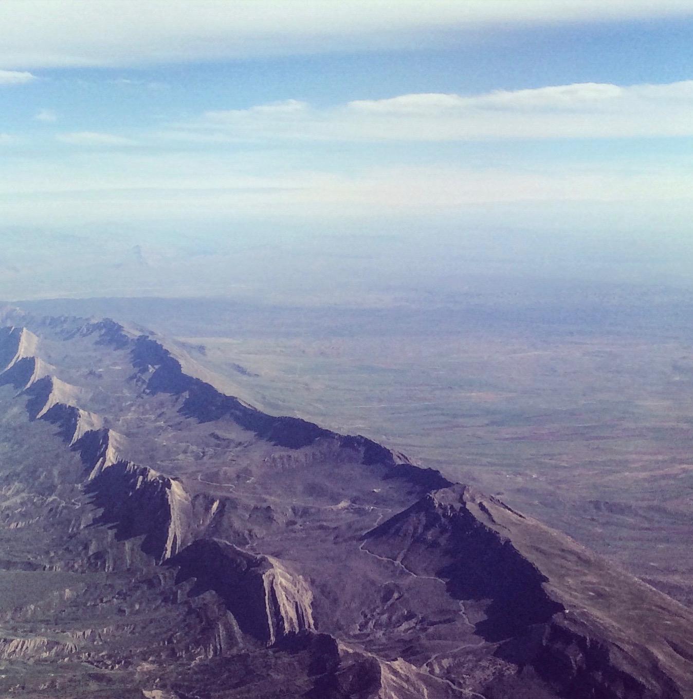 """""""Att slätten nedanför bergen valdes var därför en direkt följd av platsens fördelaktiga geografi: det fanns där tillräckligt med utrymme för staden att växa i alla riktningar i flera århundraden."""""""