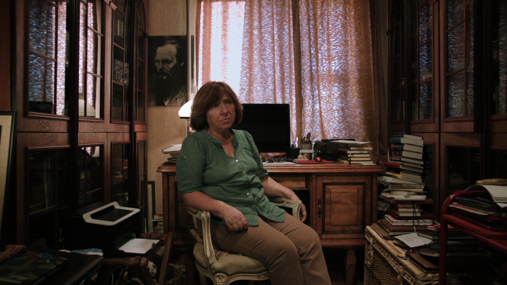 Svetlana Aleksijevitj i sitt arbetsrum, Minsk. Foto: Majaq Julén Brännström.