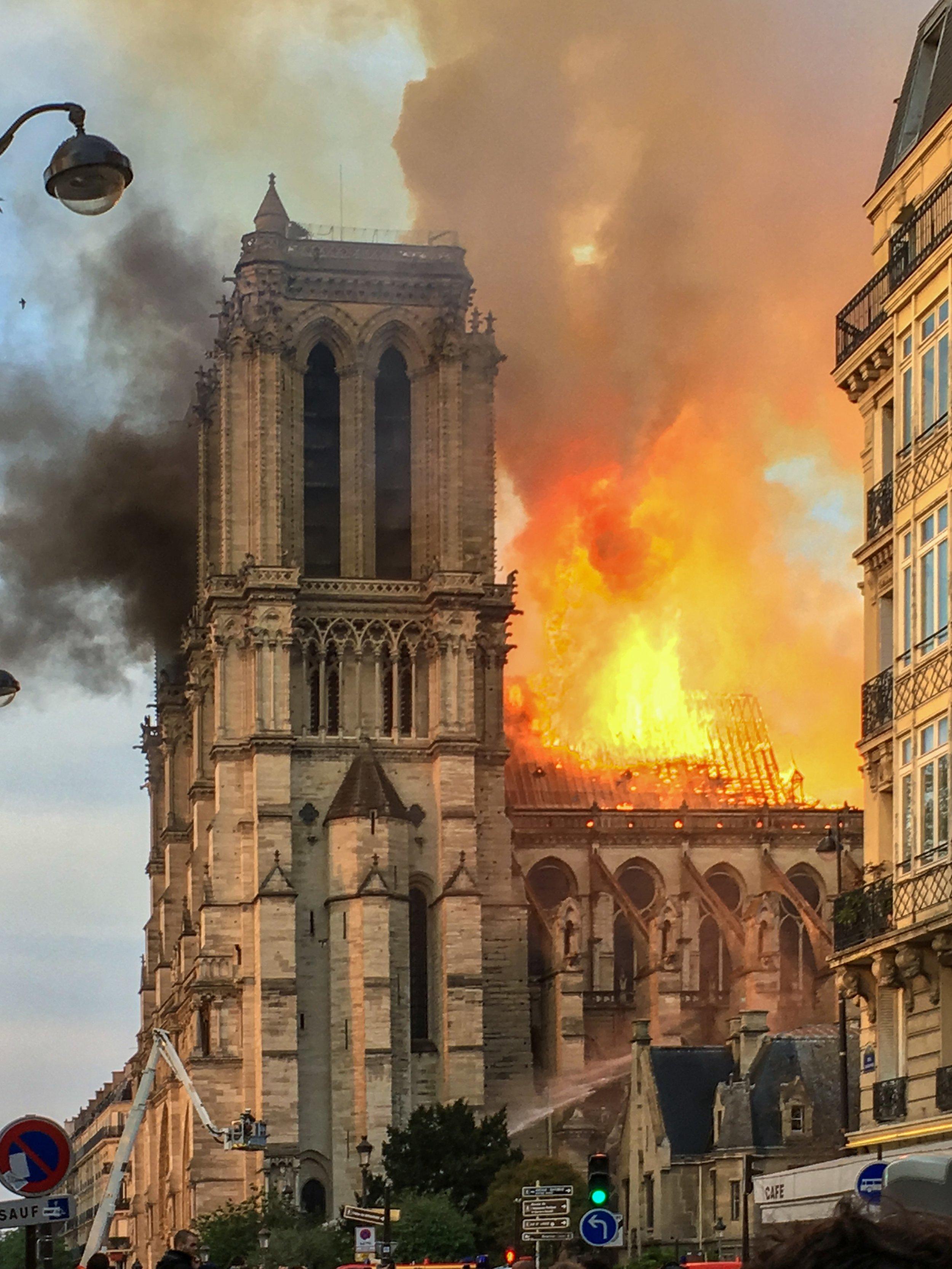 Foto:  https://en.wikipedia.org/wiki/File:Incendie_Notre_Dame_de_Paris.jpg