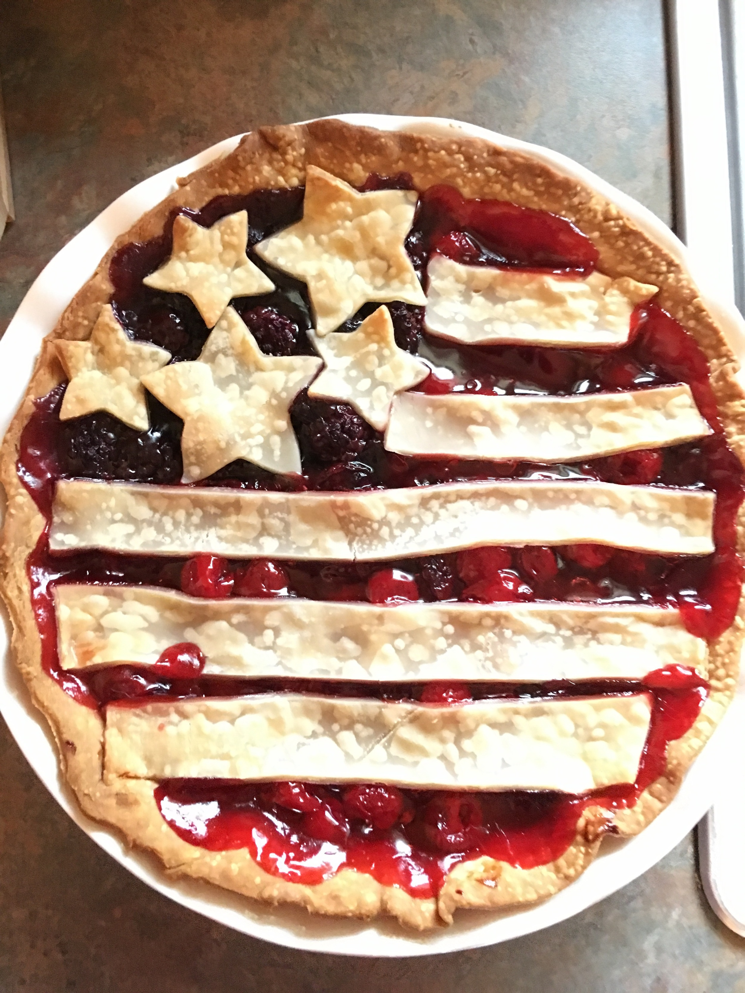My friend Laura made this beautiful pie! Everything she cooks in just incredible. She's got skills! Hopefully I can make a pie like this next time 😍!