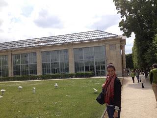 Emily outside l'Orangerie