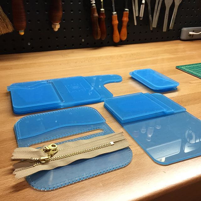 Finally have some time to try out my new @makesupply templates! Well made and great designs - thanks Justin!  Now I just need a better method for storing all my templates... 🙈  #makesupply #leather #leathercraft #horweendublin #wallets