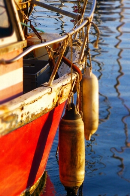 bateau-rouge-bouee-toulon.jpg