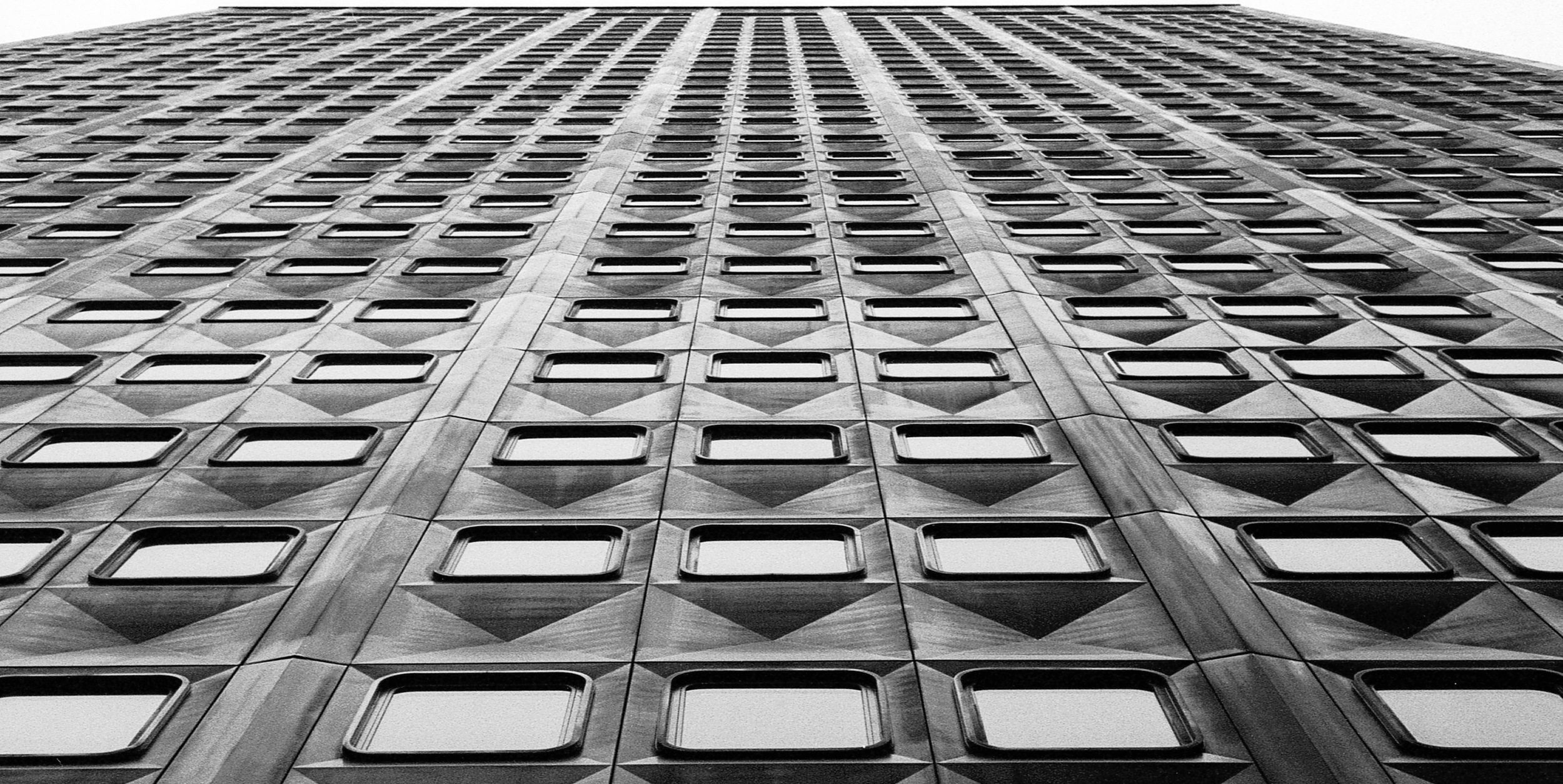 Urban checkers -Pittsburgh (Alcoa Building) | Tri-X 400 @ 1600
