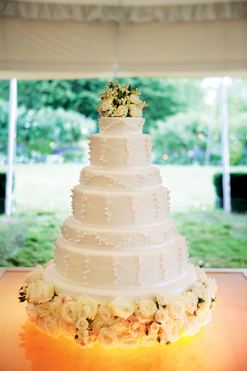 The stunningly elegant wedding cake.