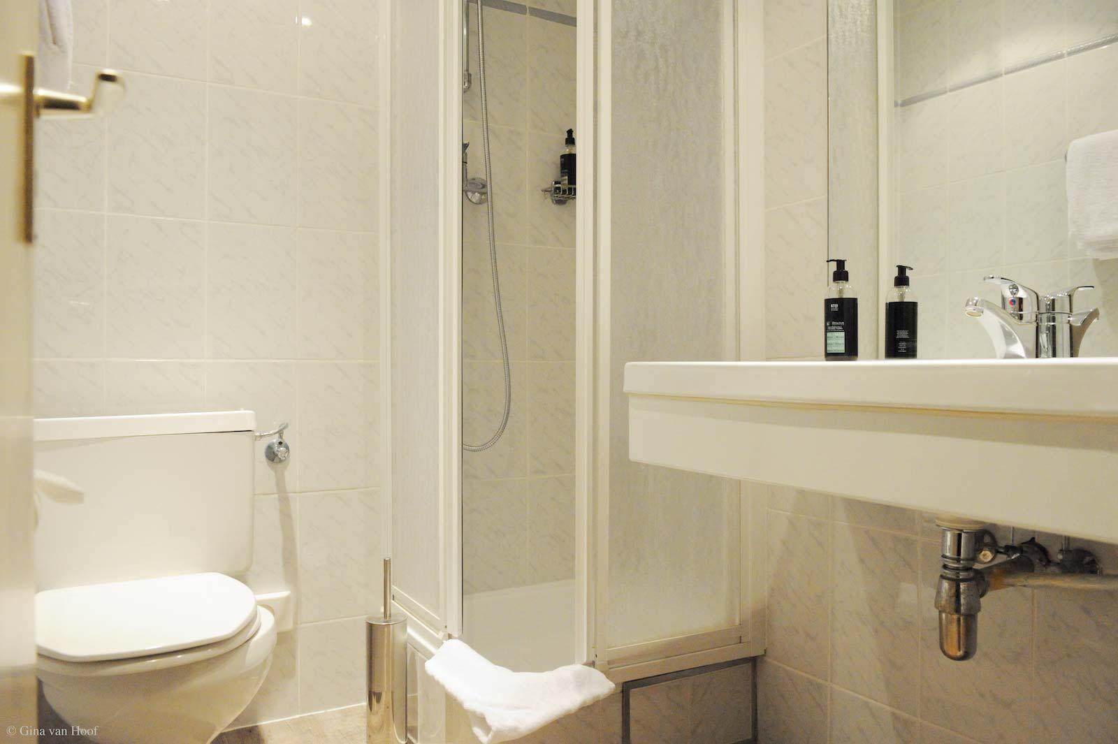 hotel-chelton-rooms-standard-single-bathroom.jpg