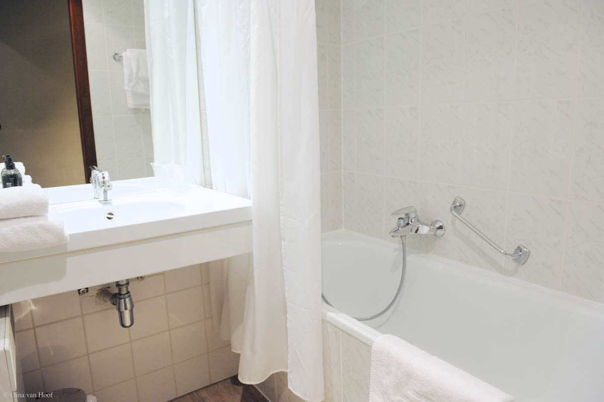 hotel-chelton-rooms-standard-twin-bathroom-01.jpg
