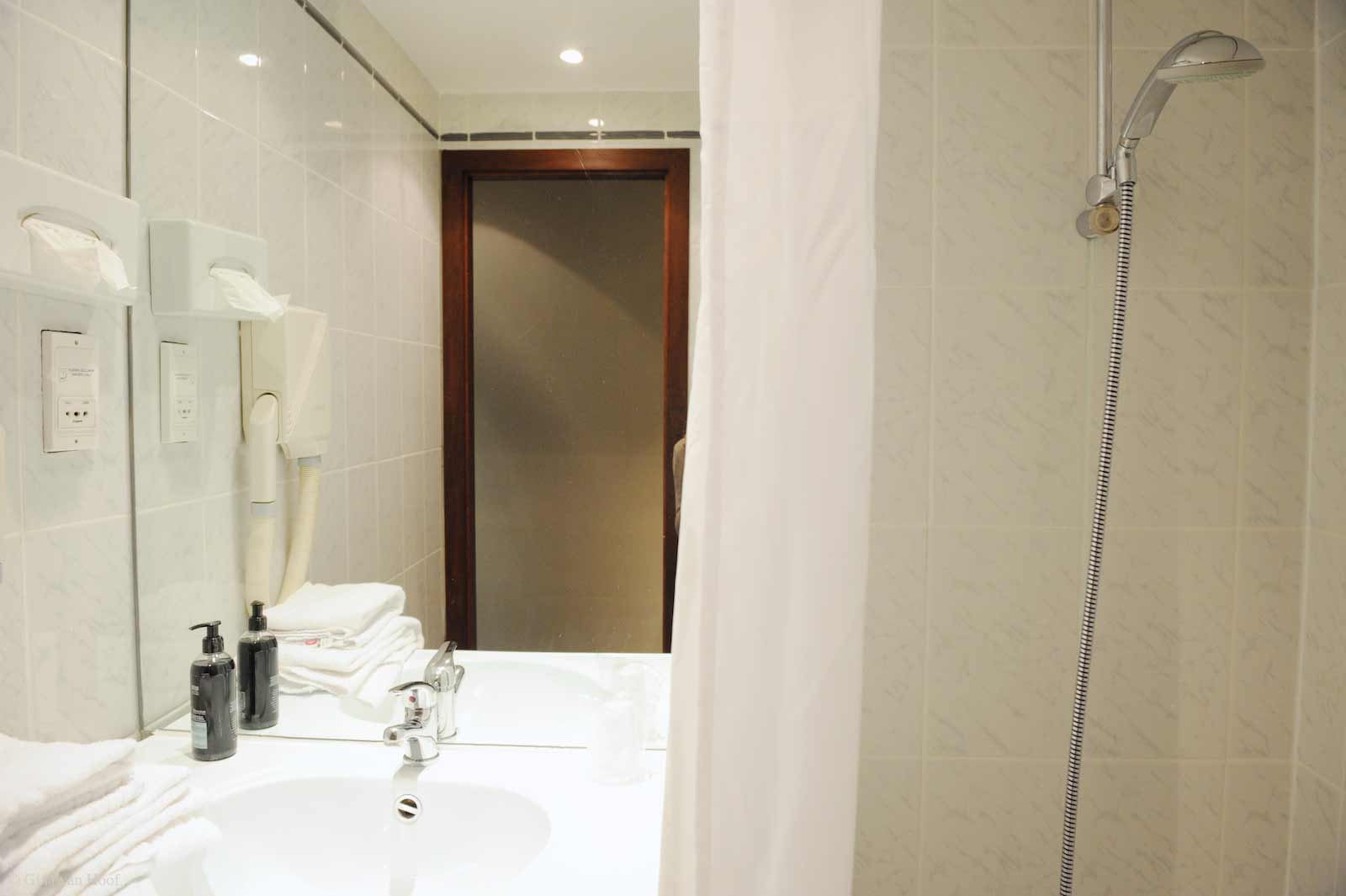 hotel-chelton-rooms-standard-triple-bathroom-01.jpg