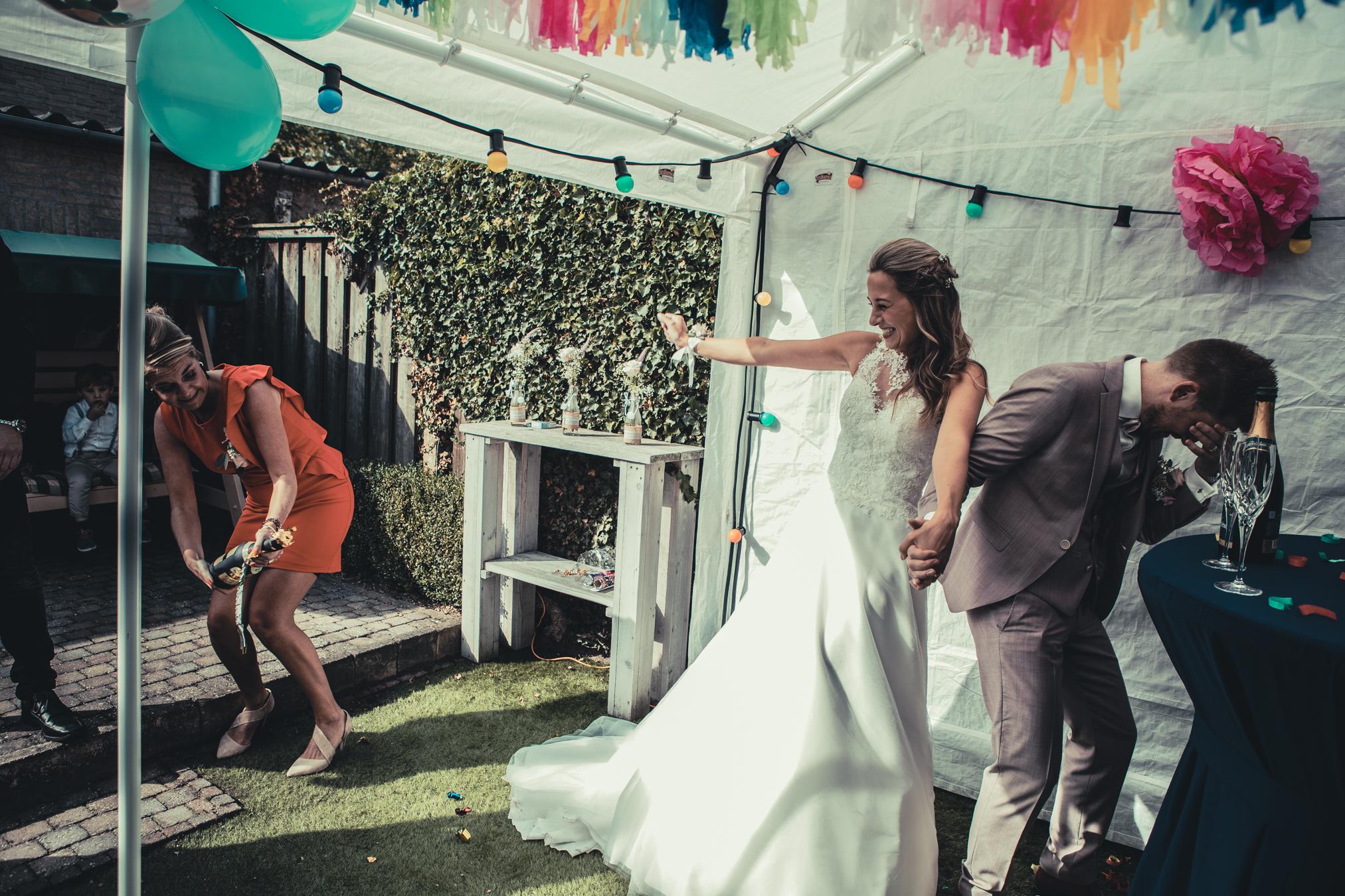 Communicatie tussen champagnefles en bruidspaar zorgt voor dynamiek.
