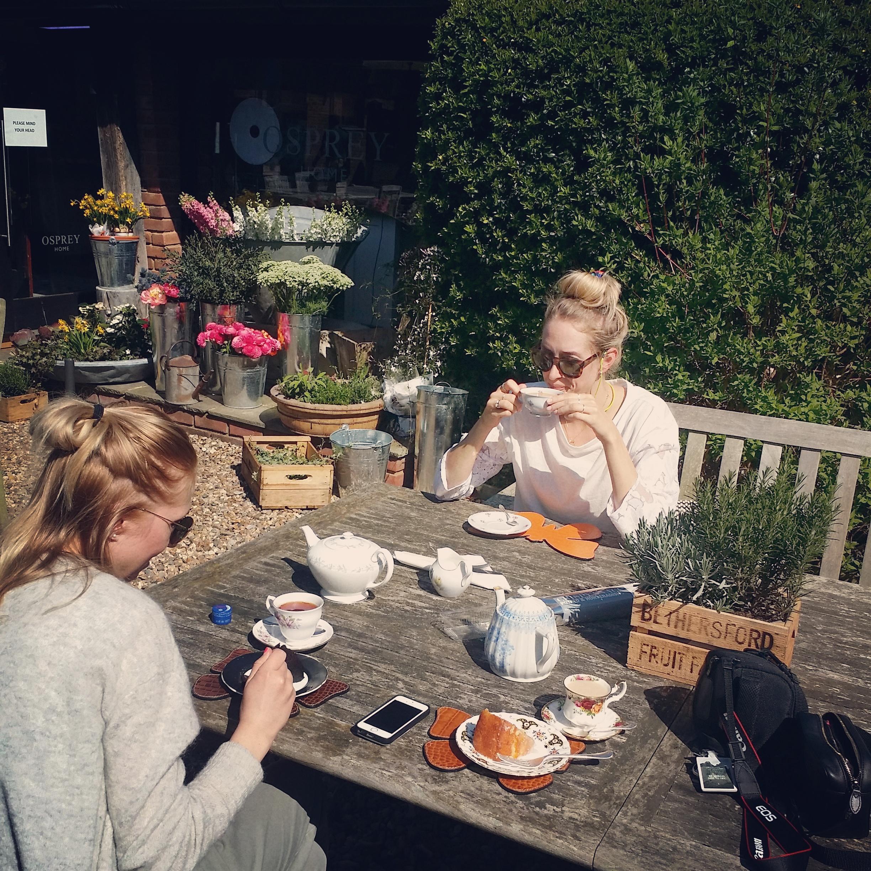Astrid og Kjerstin koser seg i sola